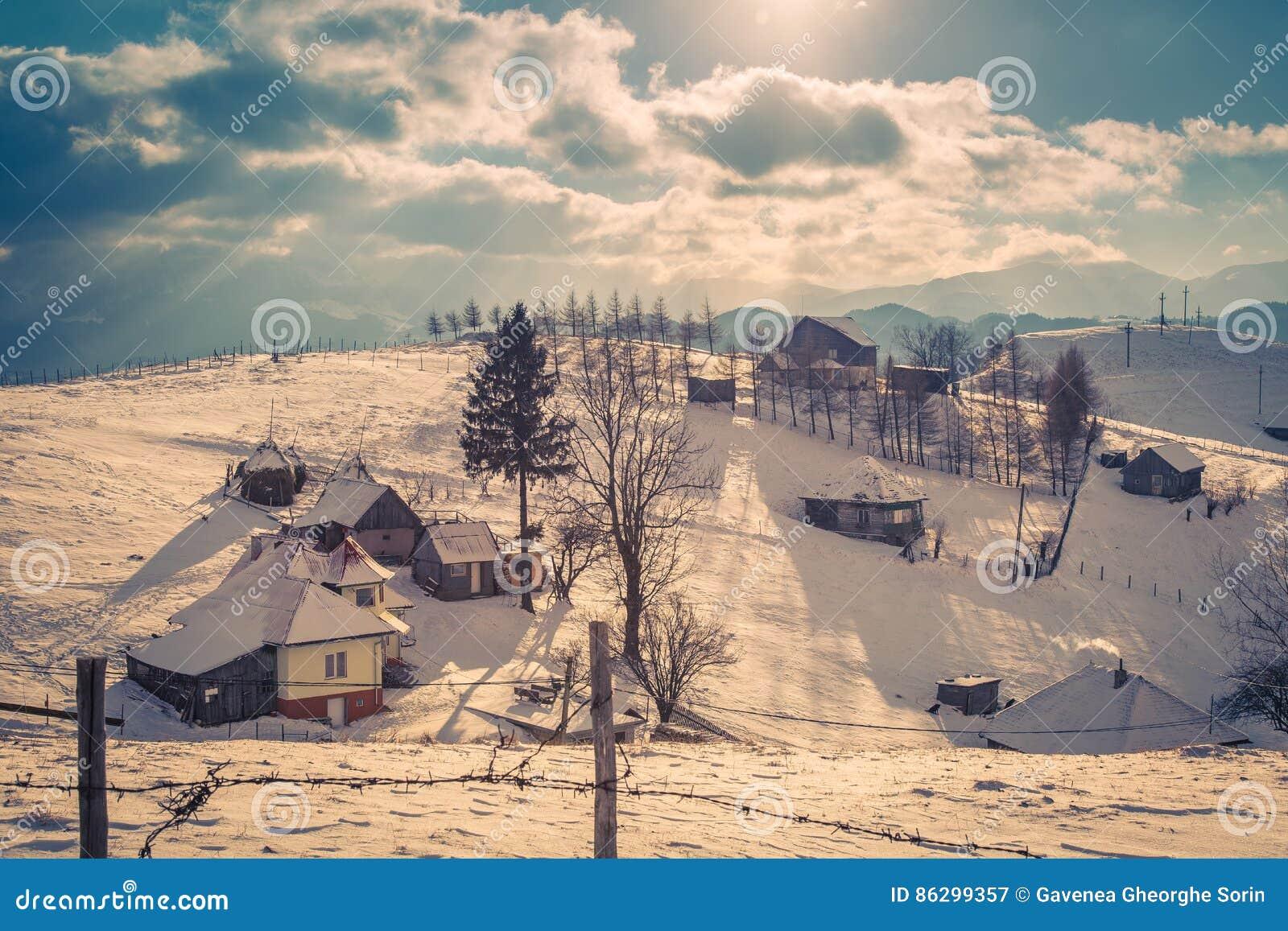 Заход солнца зимы с горами в Трансильвании