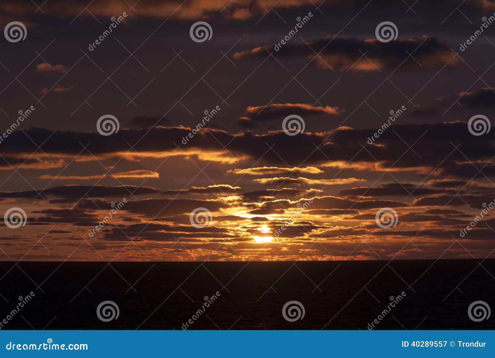 Заход солнца и нефтяная платформа