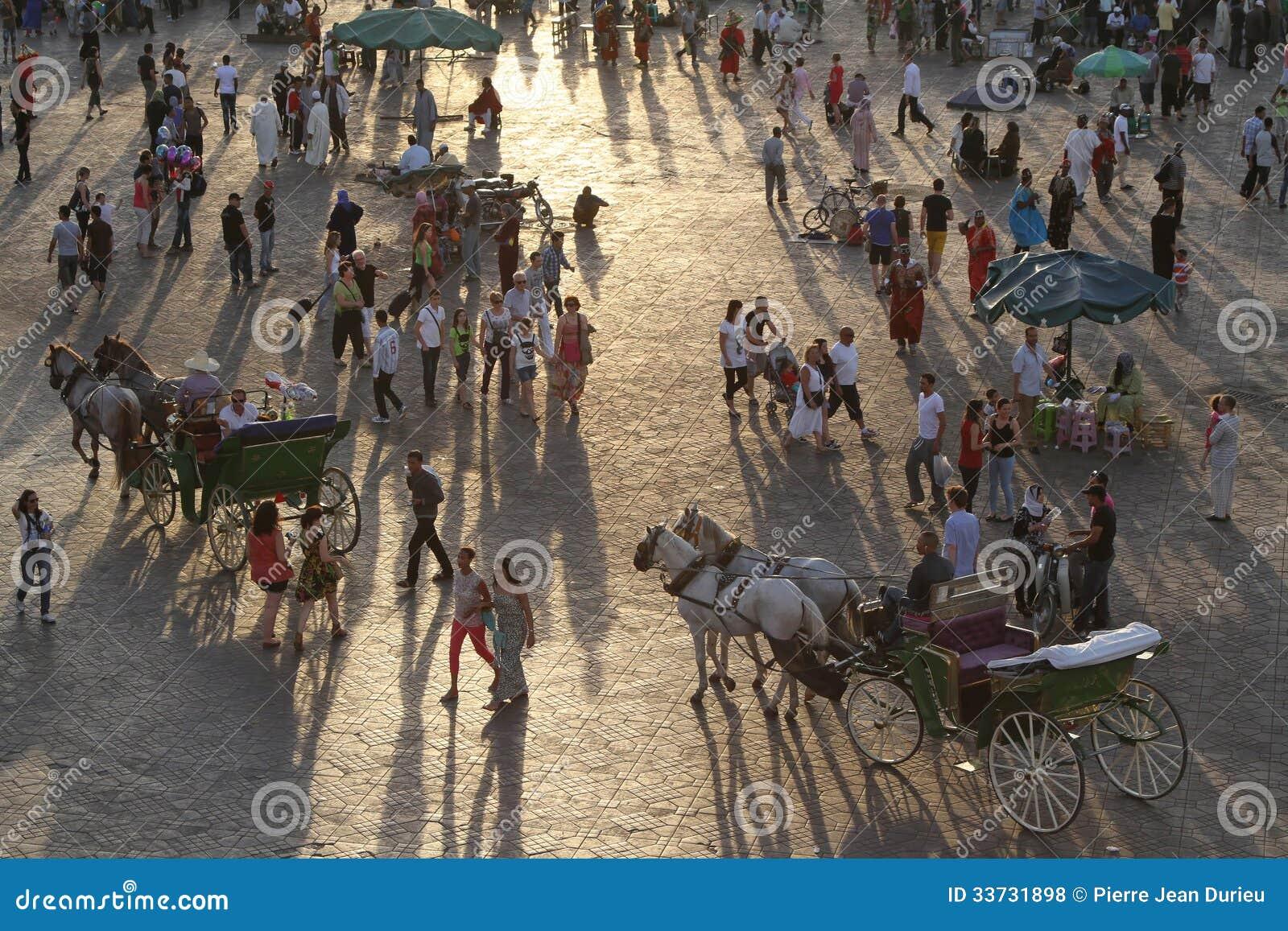 Заход солнца на квадрате Djemaa El Fna в Marrakesh