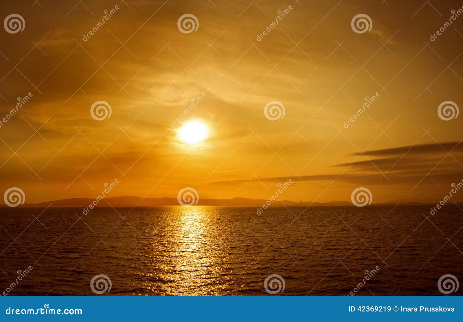 Заход солнца на море Яркое солнце на небе пляж Гавайские островы вулканические