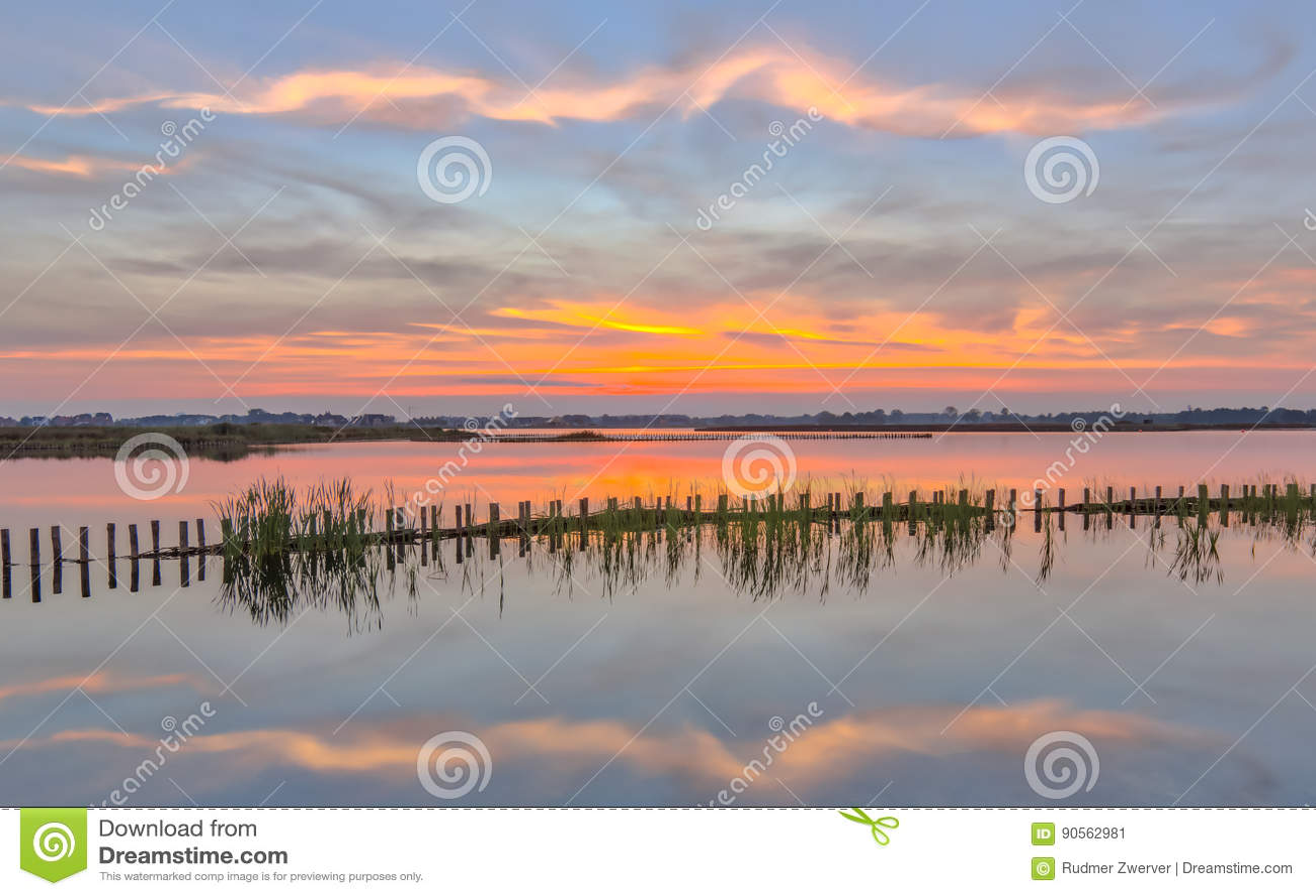 Заход солнца над озером при речной берег campshedding
