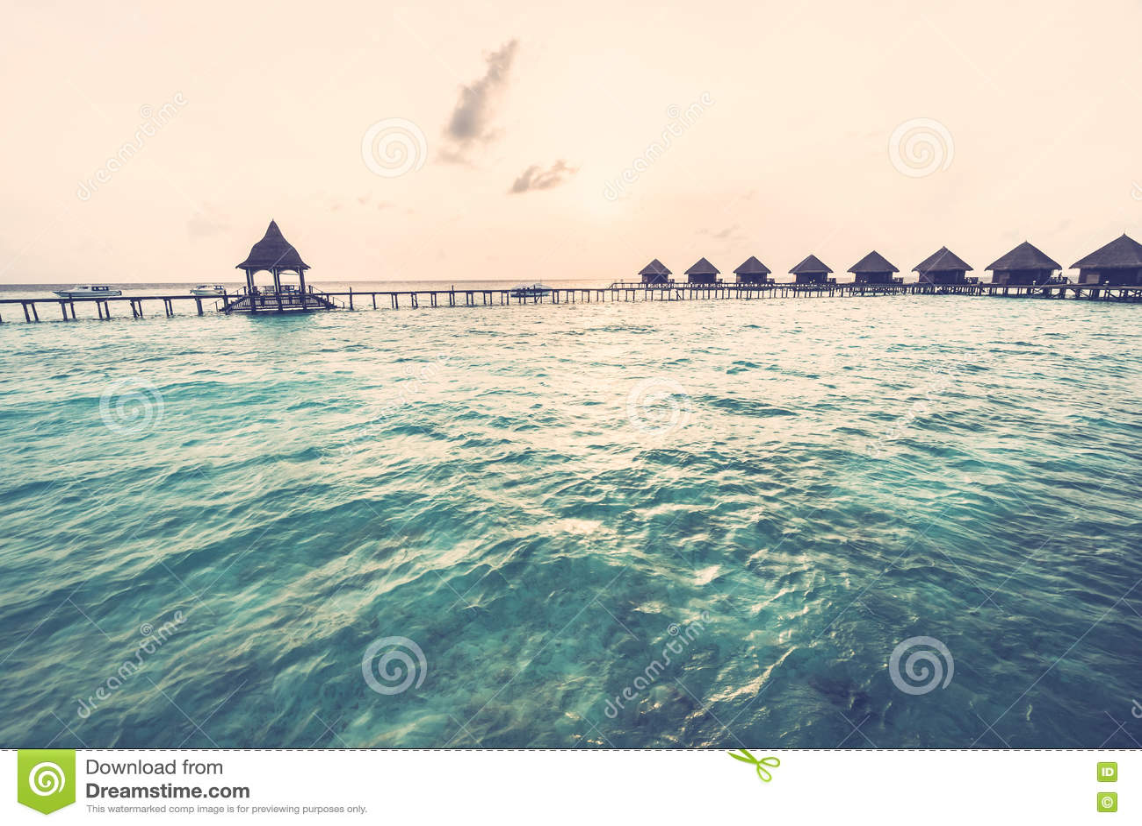 Download Заход солнца над островом Мальдивов Стоковое Фото - изображение насчитывающей океан, море: 72293240