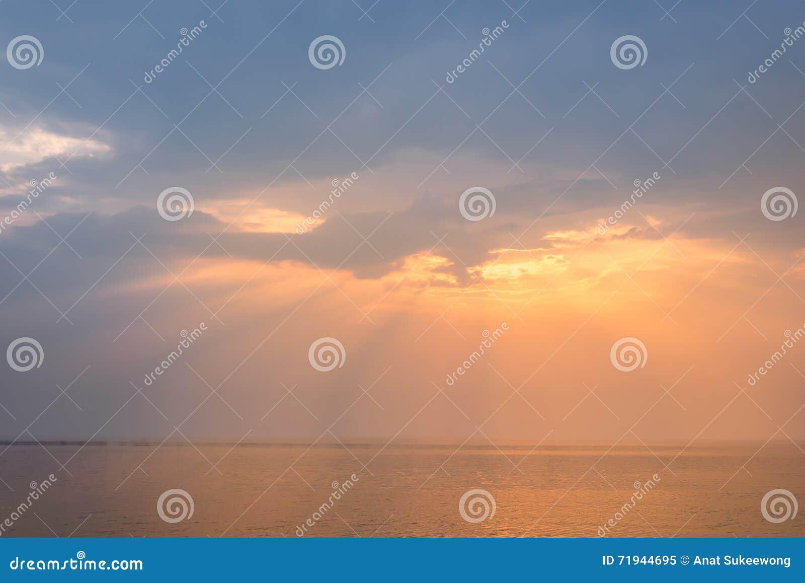 Заход солнца на предпосылке моря