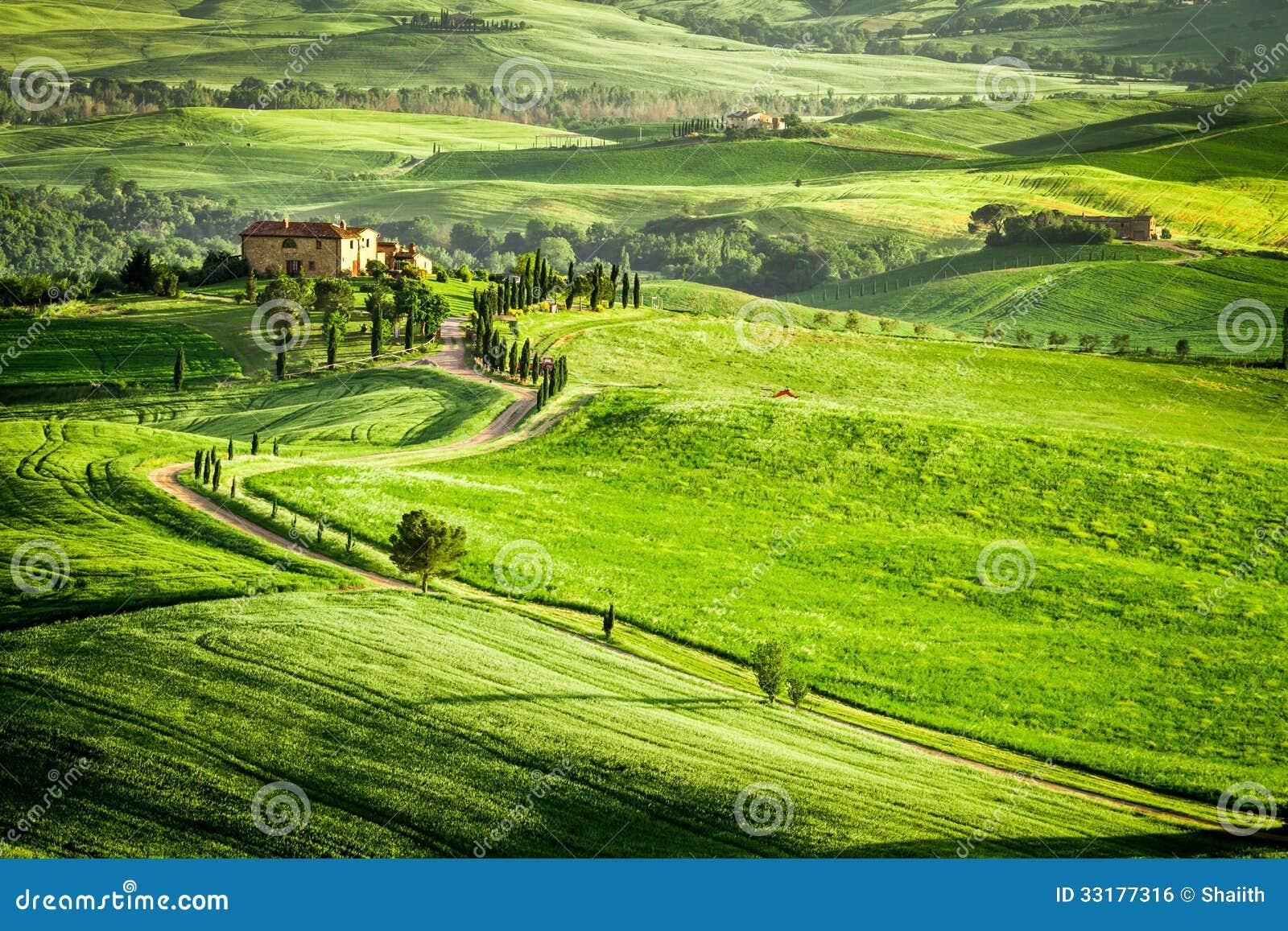 Заход солнца над сельским домом в Тоскане размещал на холме
