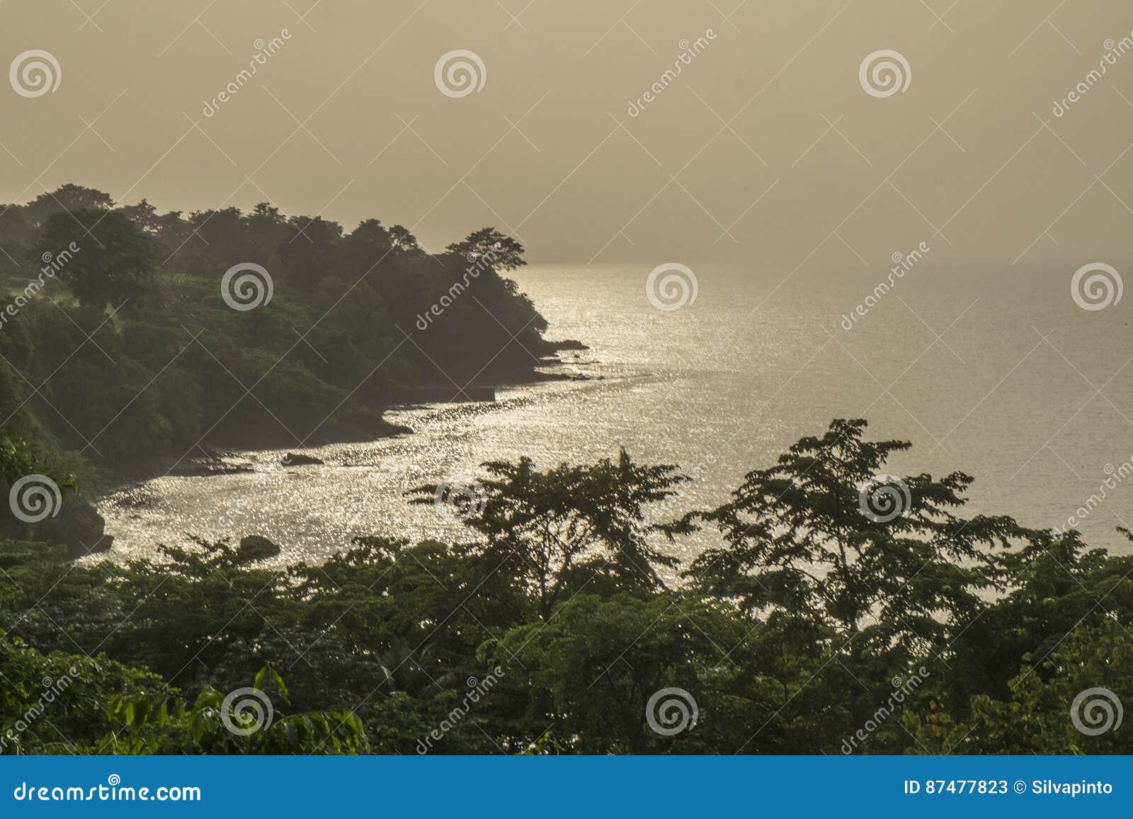 Заход солнца от сельского побережья острова Sao Tome