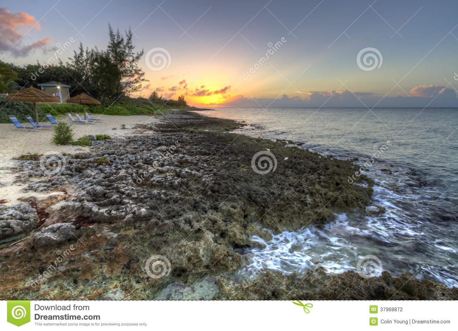 Заход солнца побережья Grand Cayman скалистый