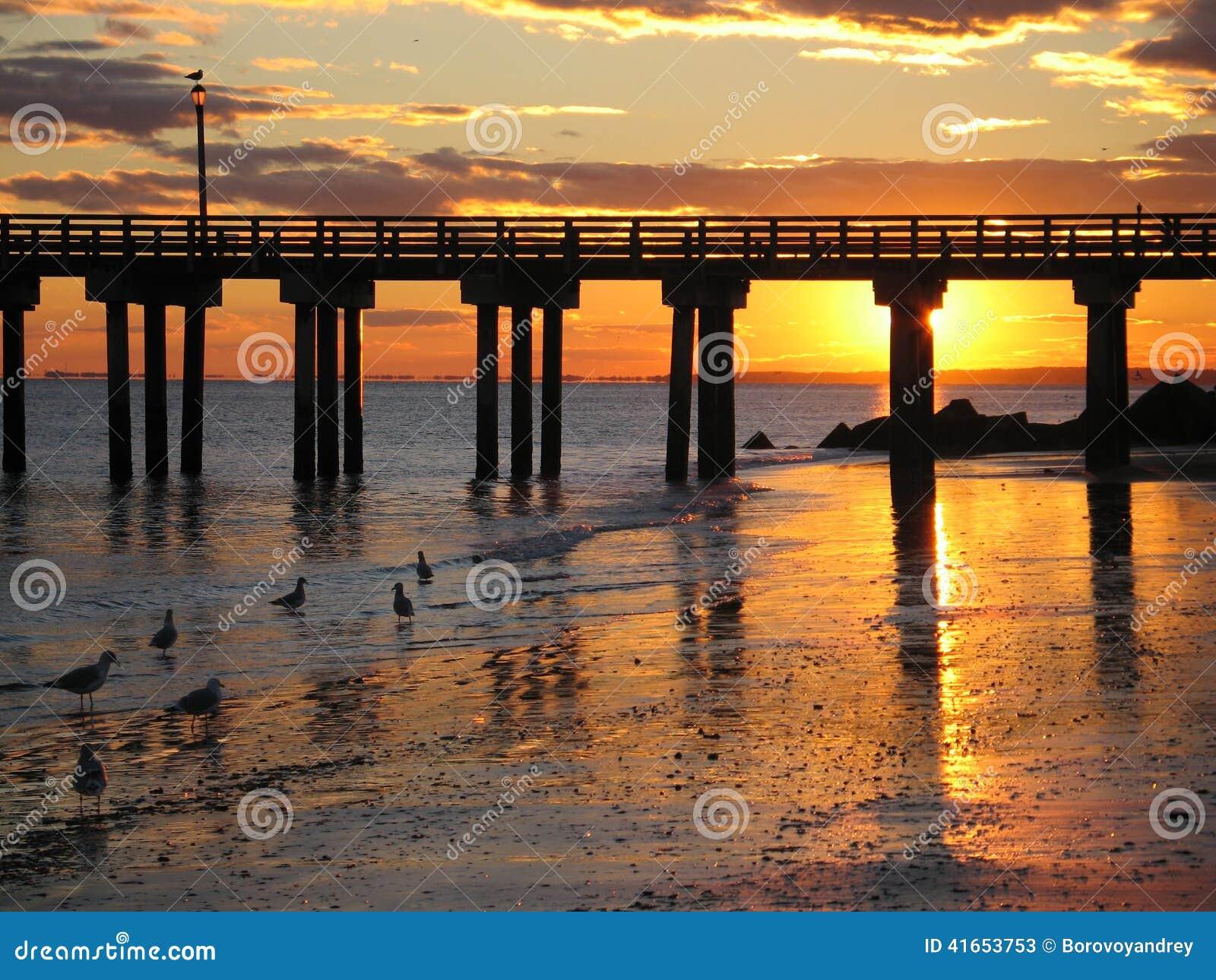 Заход солнца пляжа Брайтона