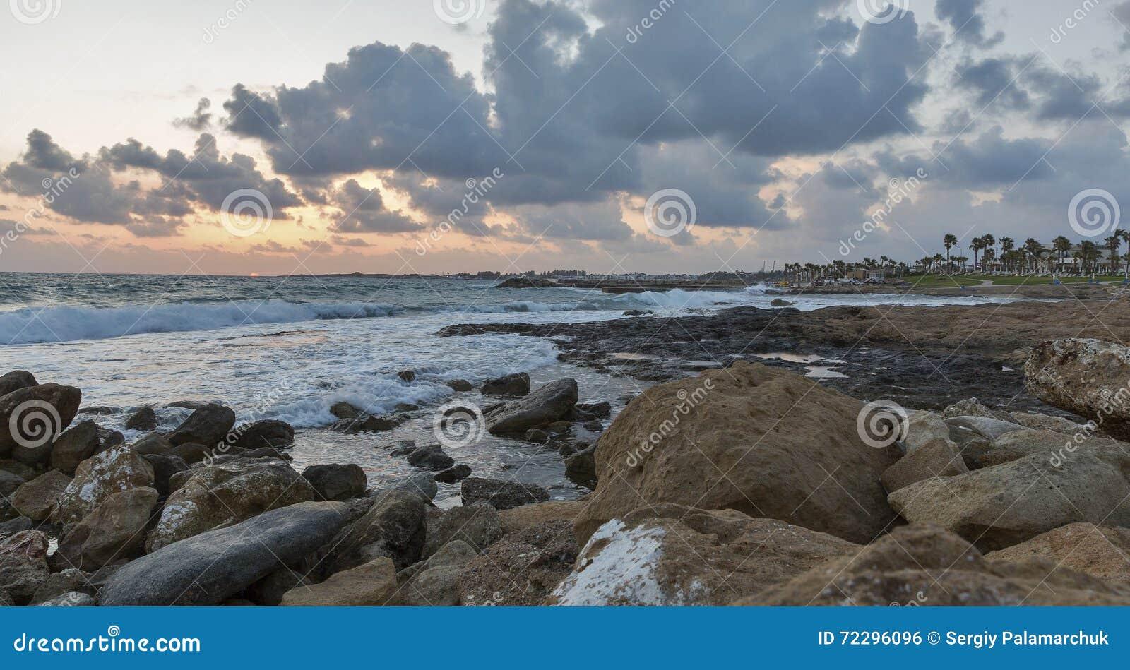 Download Заход солнца Средиземного моря в Paphos, Кипре Стоковое Фото - изображение насчитывающей берег, coastline: 72296096