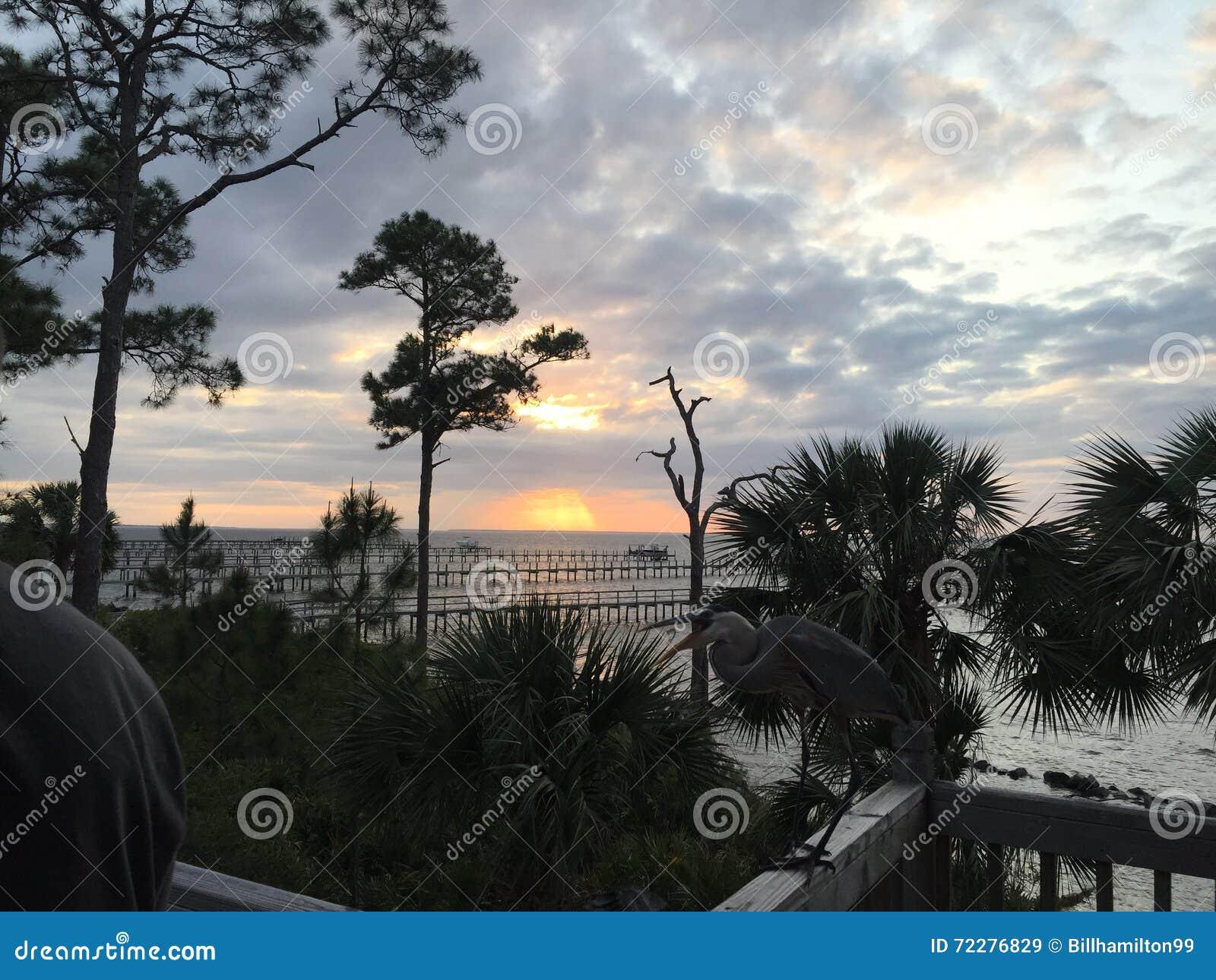Download Заход солнца с палубного судового крана Стоковое Изображение - изображение насчитывающей море, океан: 72276829