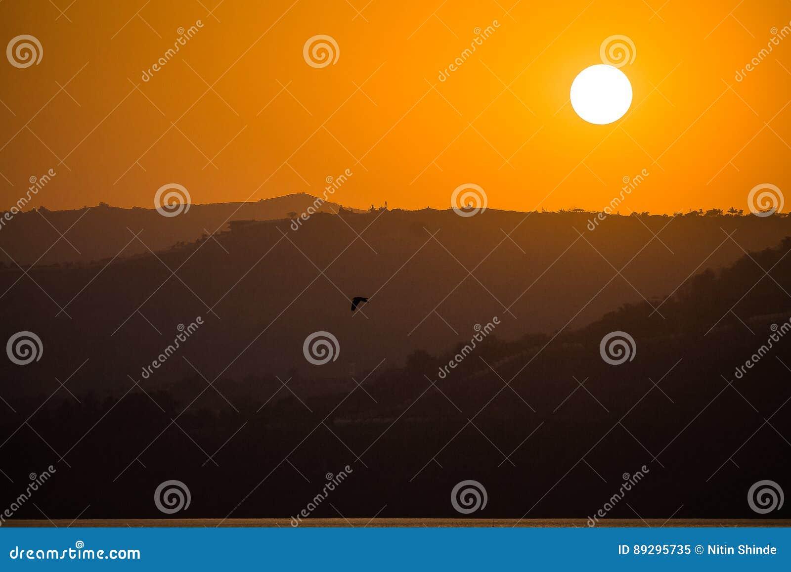 Заходы солнца греют на солнце светлооранжевая гора цвета