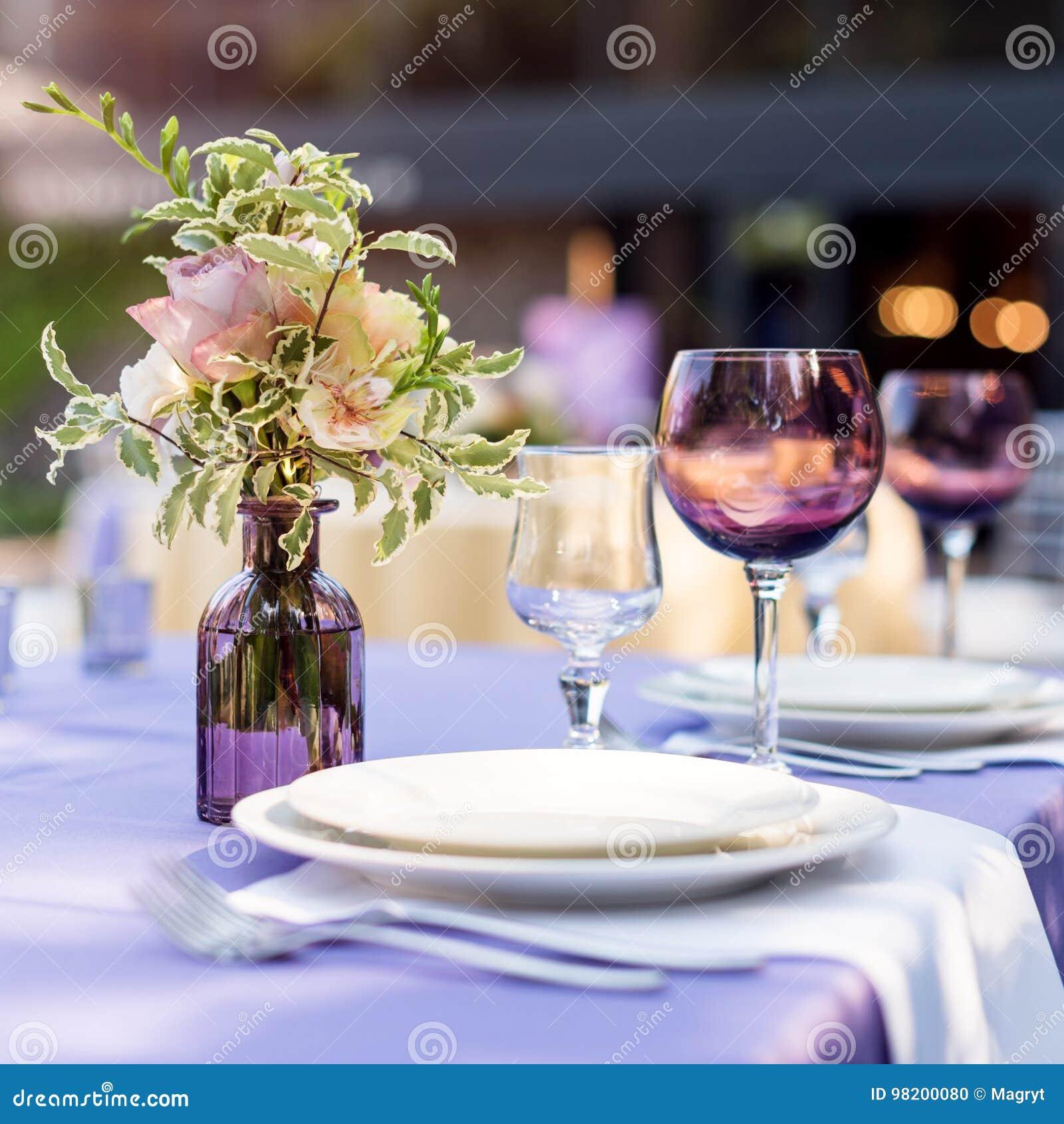 Download Зацветите украшения таблицы для праздников и обедающего свадьбы Таблица установила для праздника, события, партии или приема по с Стоковое Фото - изображение насчитывающей обедать, праздники: 98200080