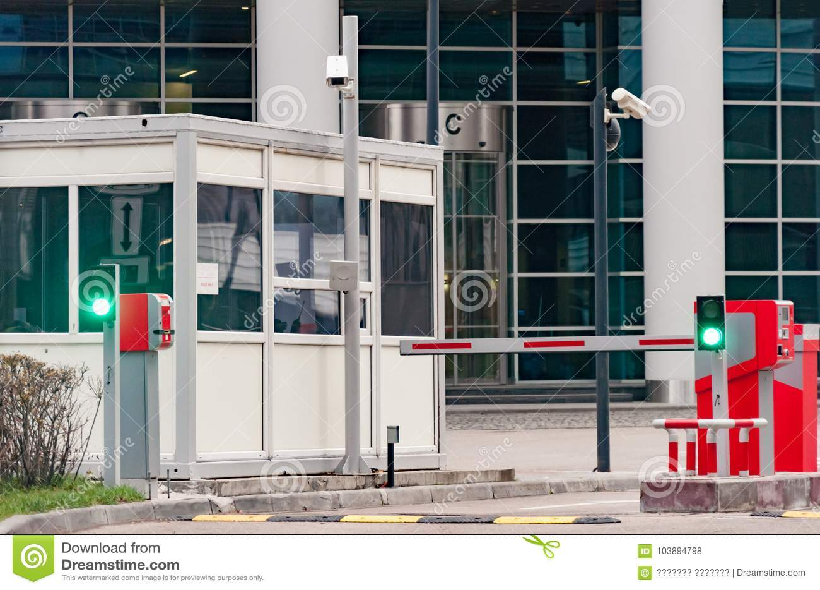 Защитный барьер и офис службы безопасности на входе к месту для стоянки офиса