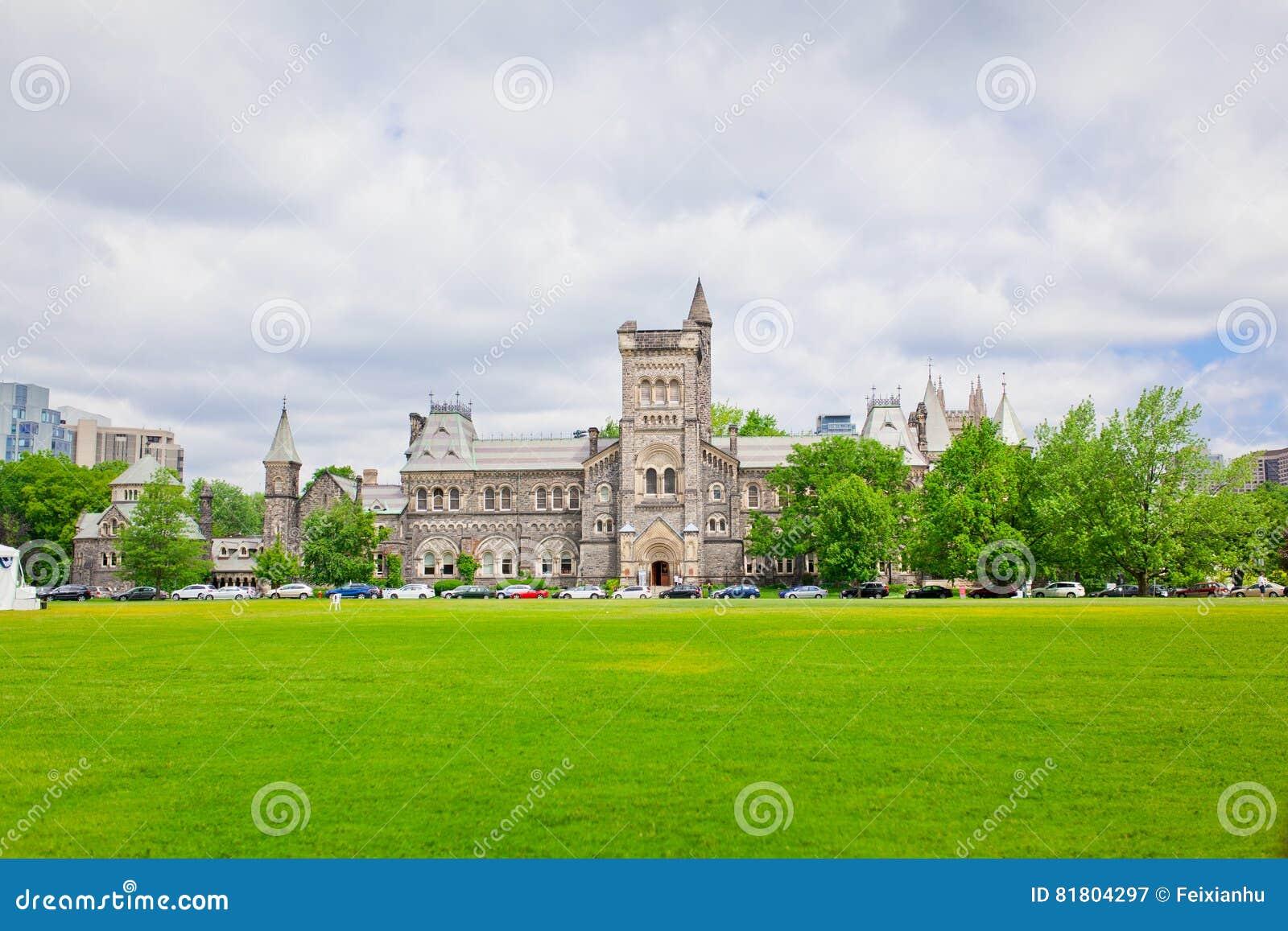 Зала университета с зеленой лужайкой в фронте