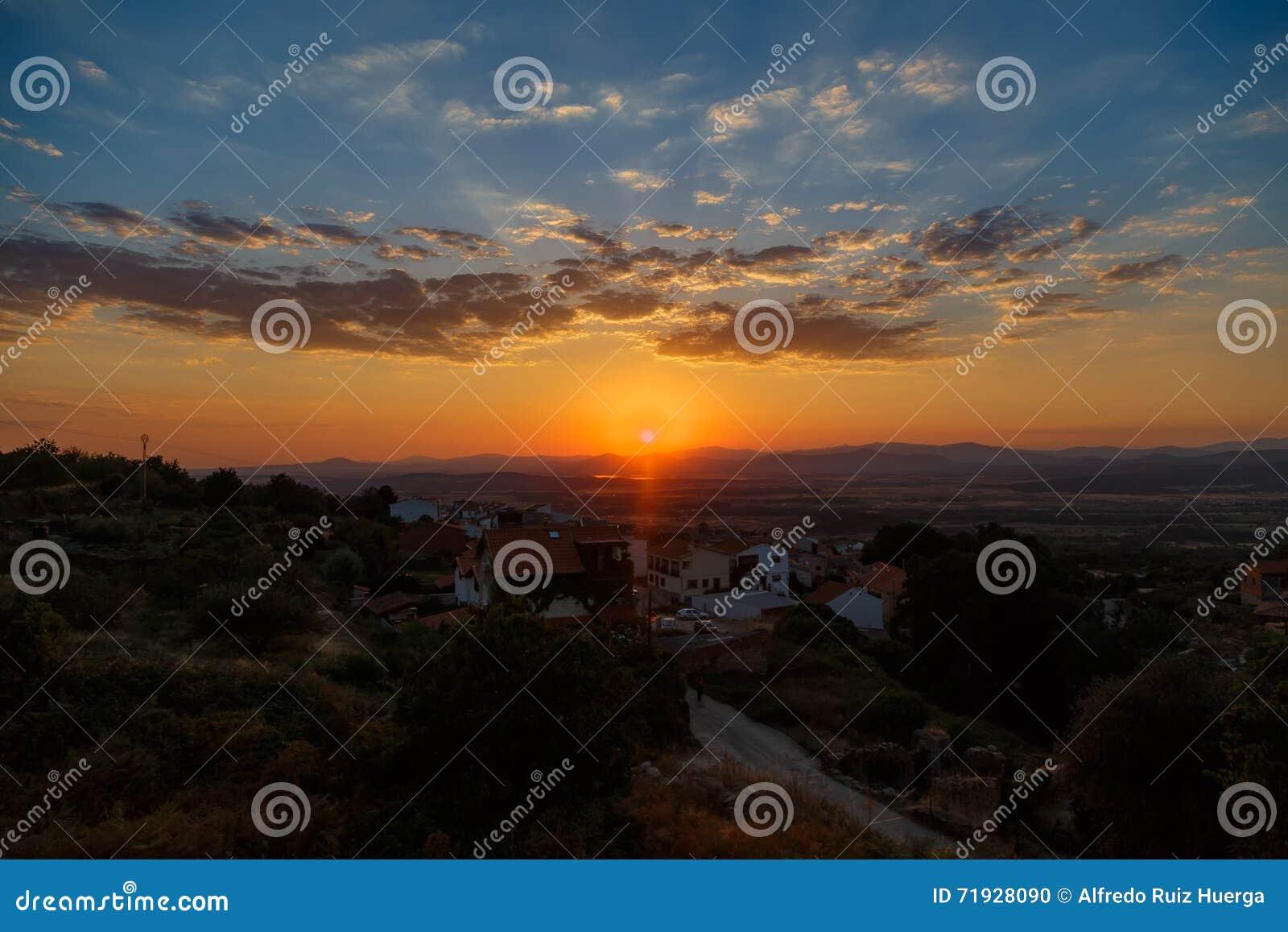 за валами 2 захода солнца лета сосенки стоящими