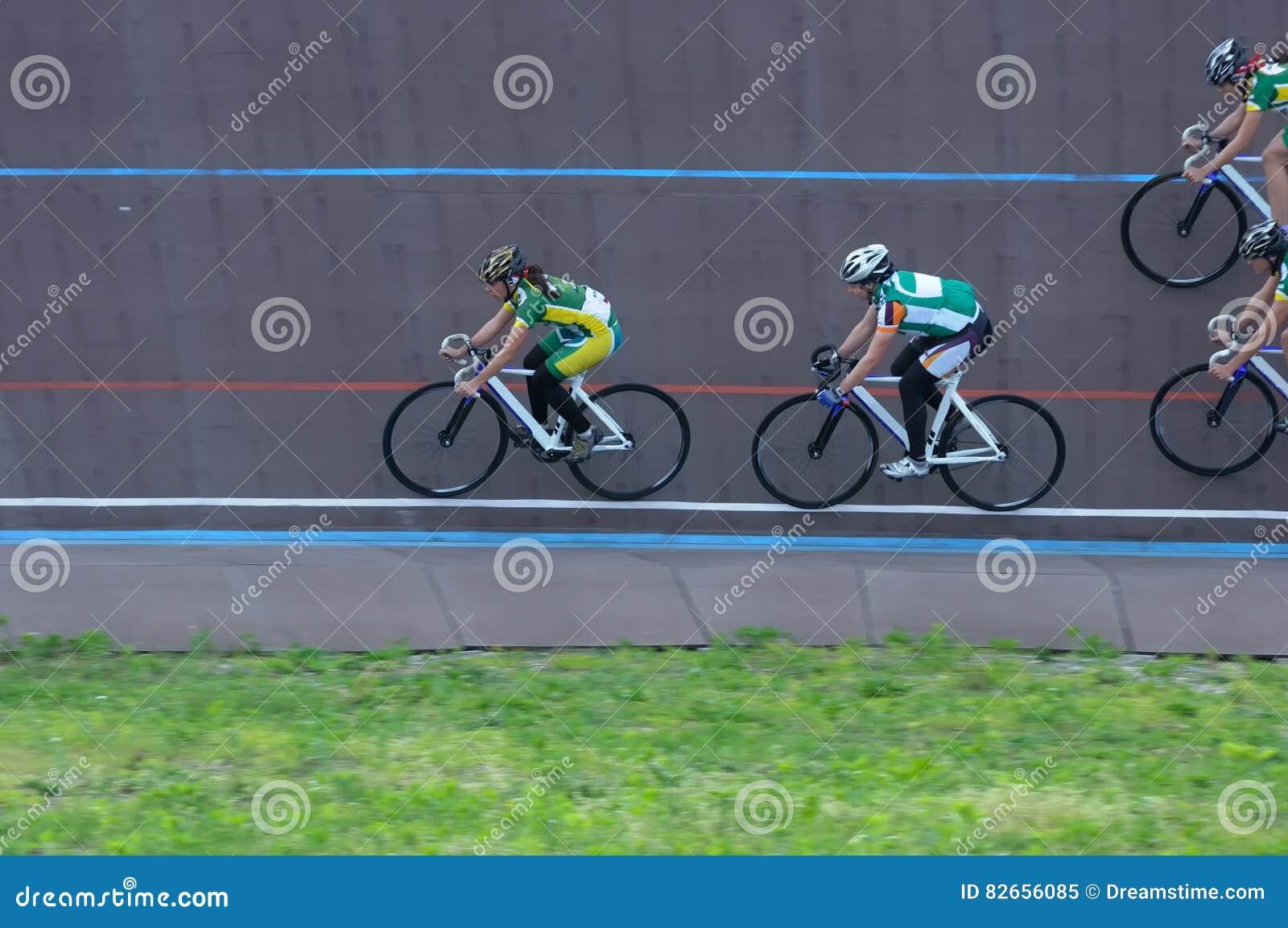 Задействуя команда приходит повернуть дальше след Велосипедист в тренировке Gr