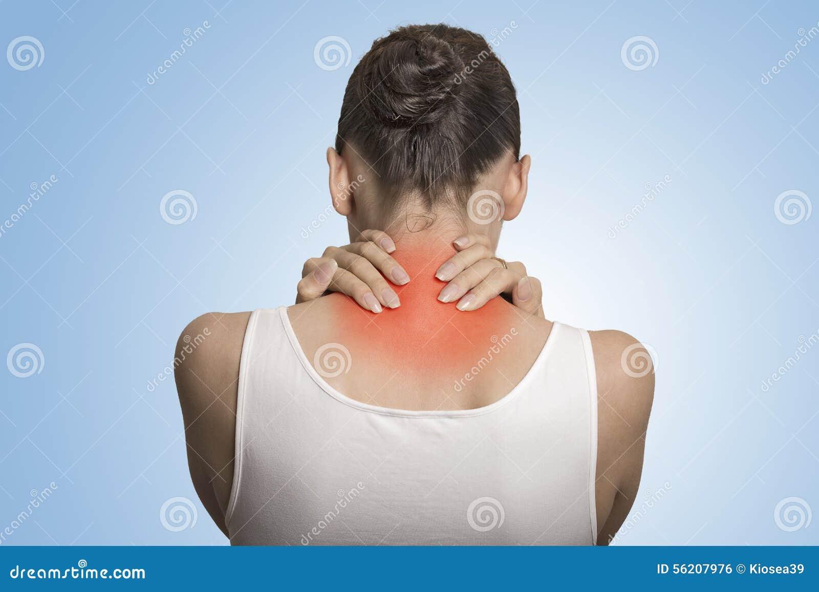 Заднее заболевание позвоночника Женщина взгляда крупного плана утомленная массажируя ее шею