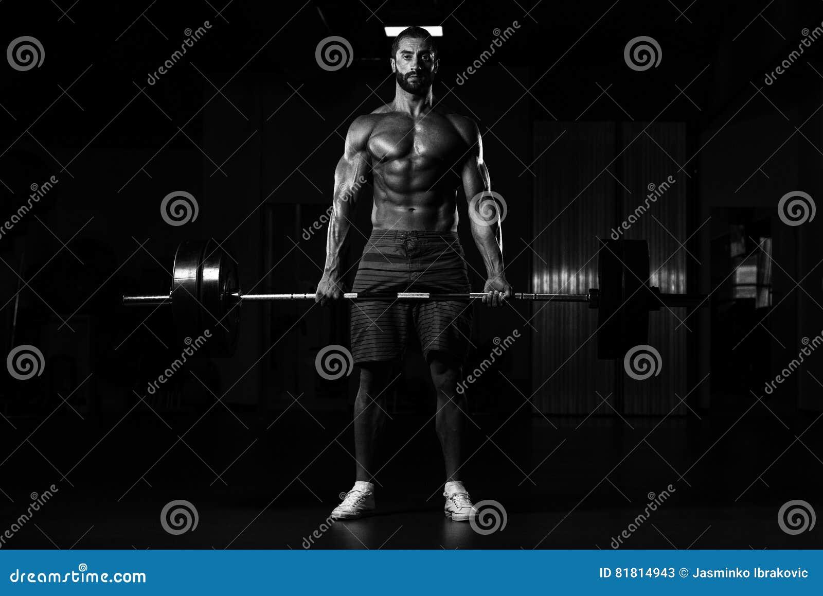 Задняя тренировка с штангой в фитнес-центре