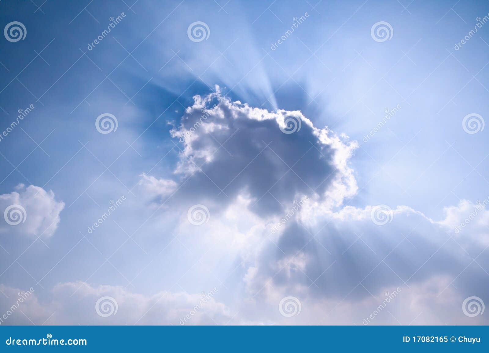 за облаком излучает солнце