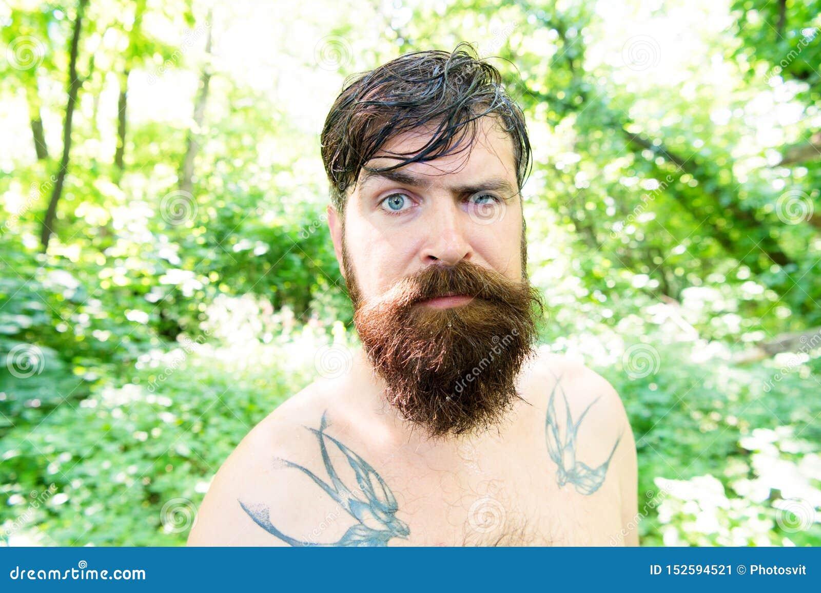 Зверский и изрезанный Волосатый хипстер нося длинные бороду и усик в зверском стиле Бородатый человек со зверским взглядом на лет