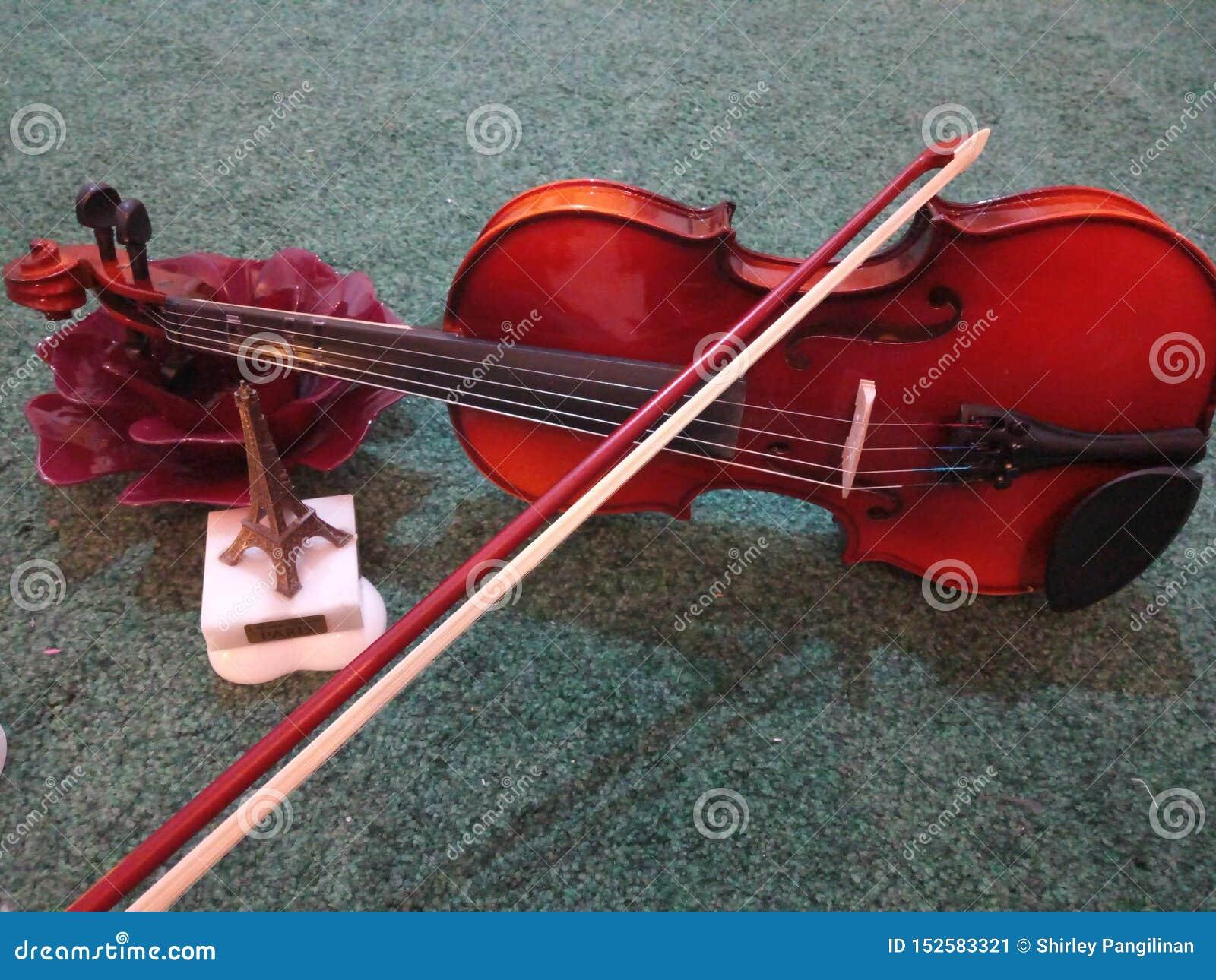 Звуки любовников скрипки мягко и сработанность к моему уху