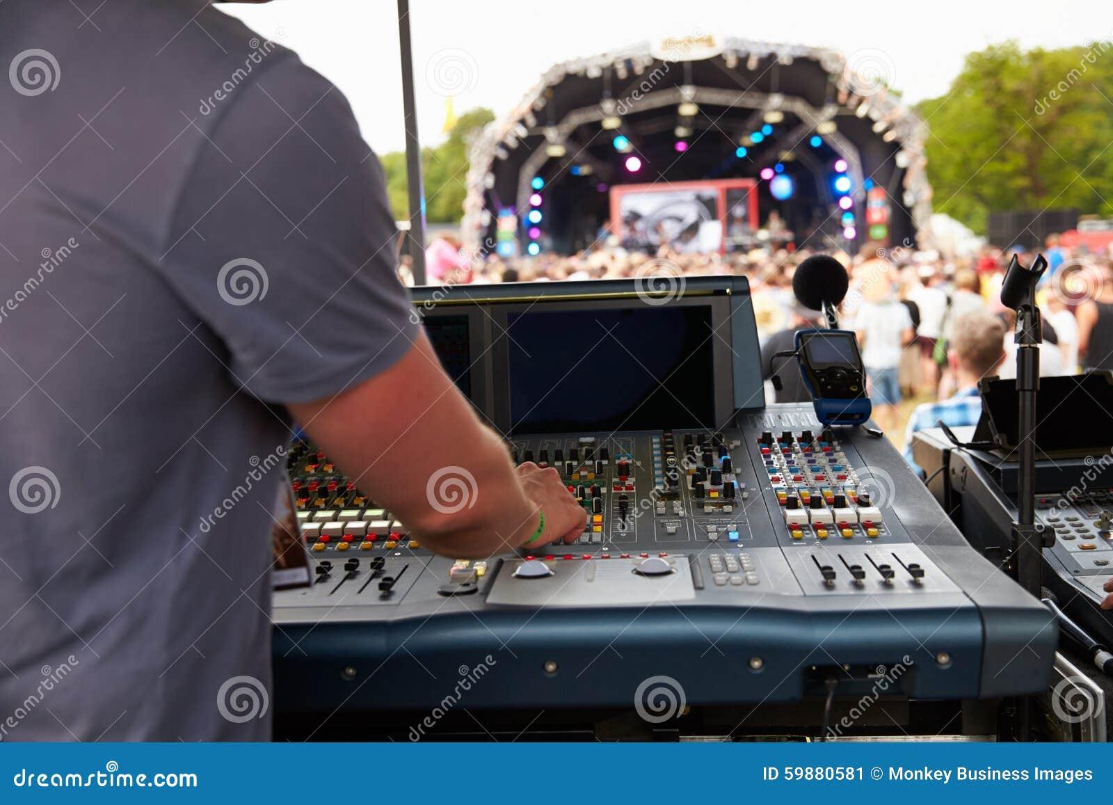Звук и инженер освещения на внешнем концерте фестиваля