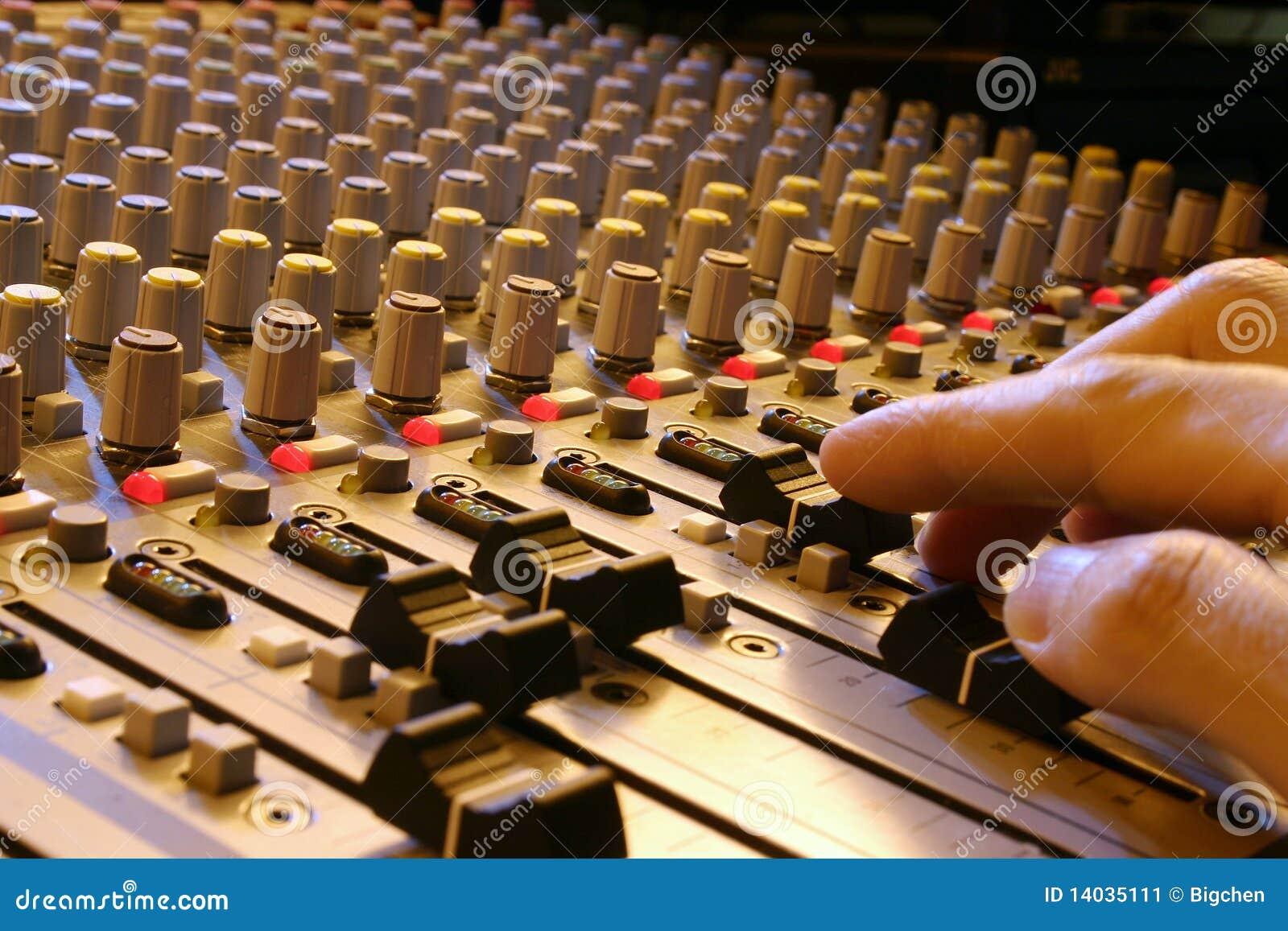 звук смесителя руки