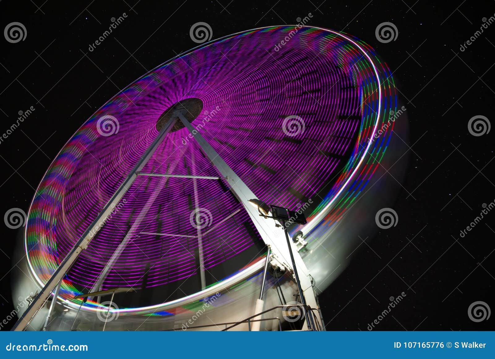 Звёздное небо за колесом ferris выдержка длиной