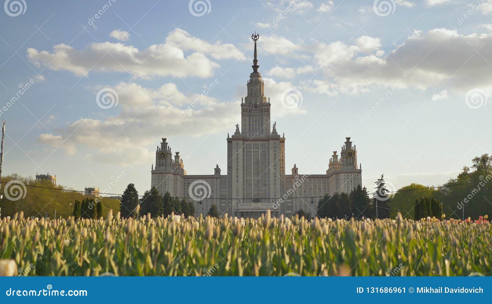 Здание государственного университета Москвы Стрельба в лете вечера на заходе солнца против предпосылки пестротканого