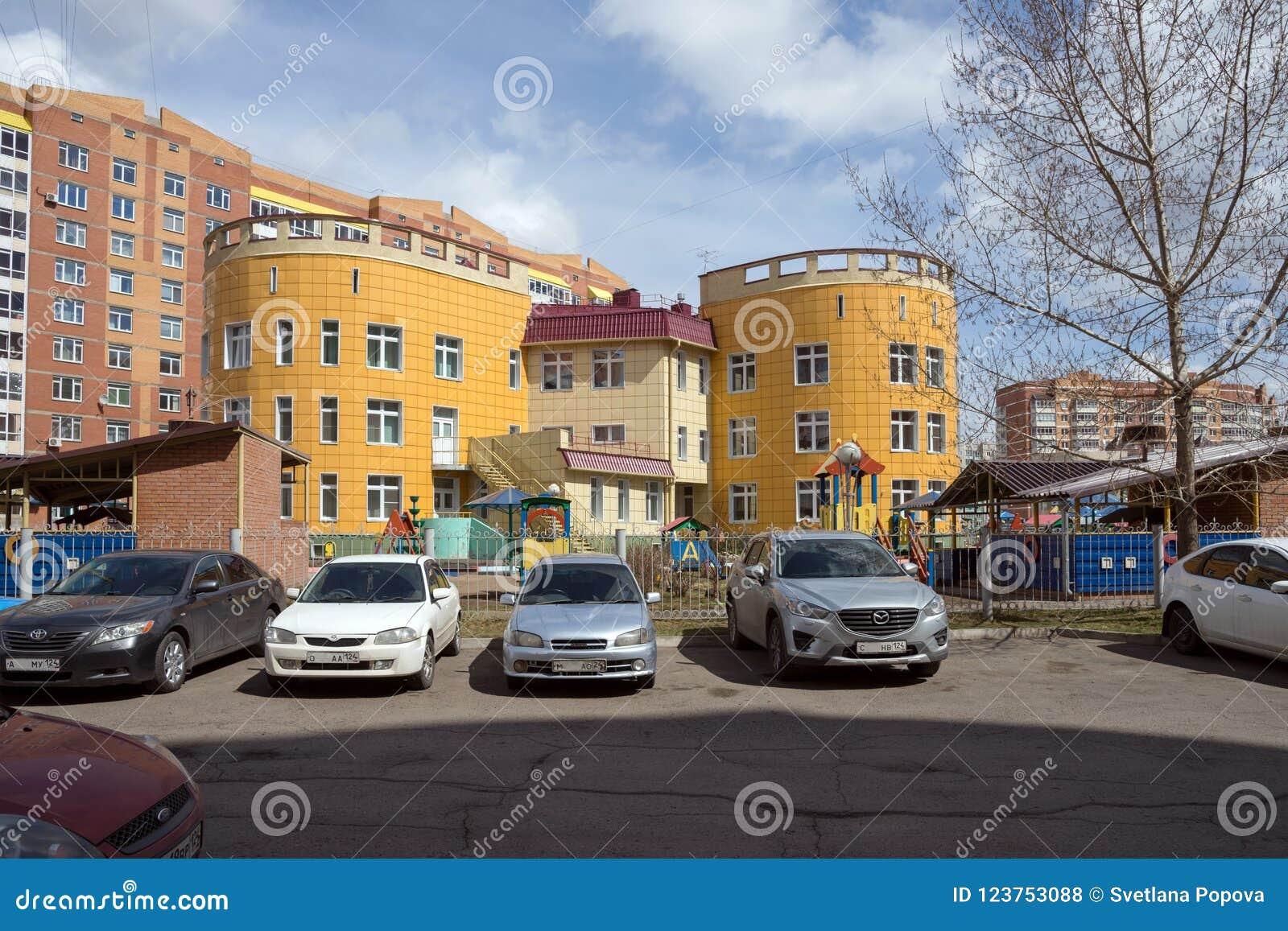 Здание детского сада в жилом районе города Krasnoyarsk