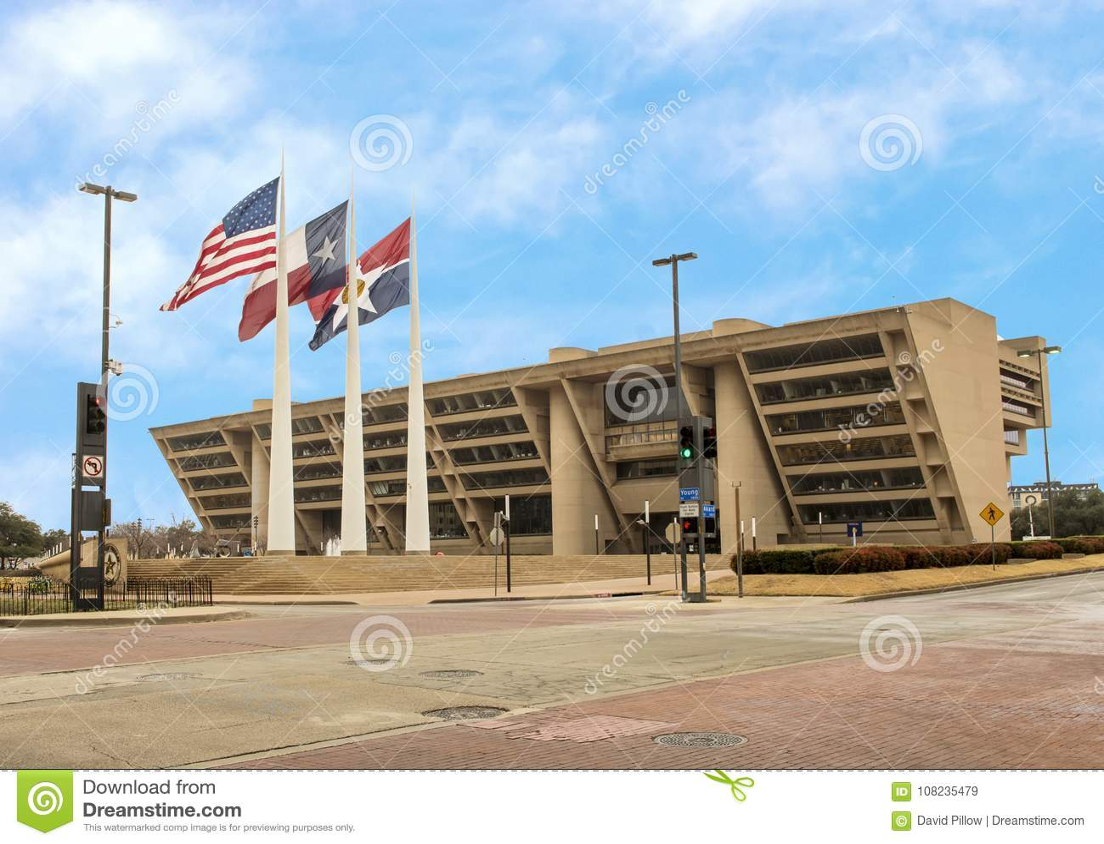 Здание муниципалитет Далласа с американцем, Техасом, и флагами Далласа в фронте