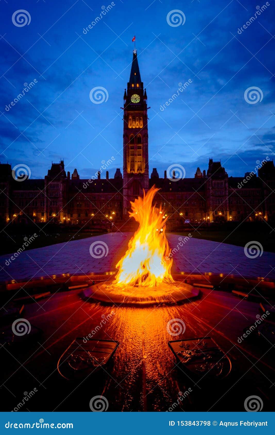 Здание парламента Канады и пламя centennial