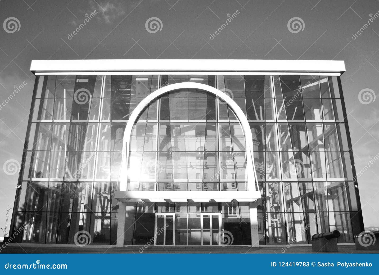 Здание сделанное из стекла солнце отражено в окнах Музей черная белизна