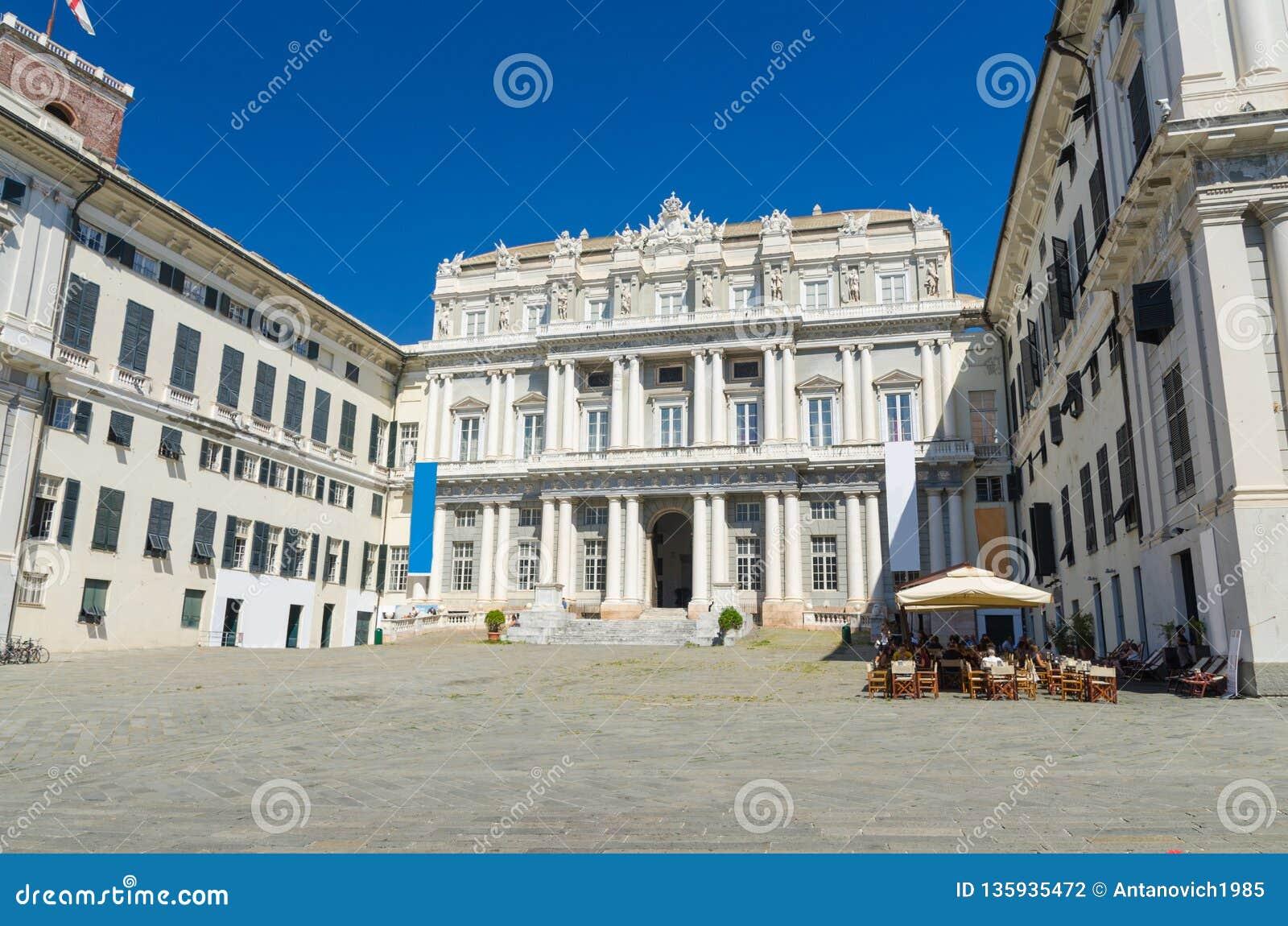 Здание стиля Palazzo Дукале дворца дожа классическое на квадрате Giacomo Matteotti аркады