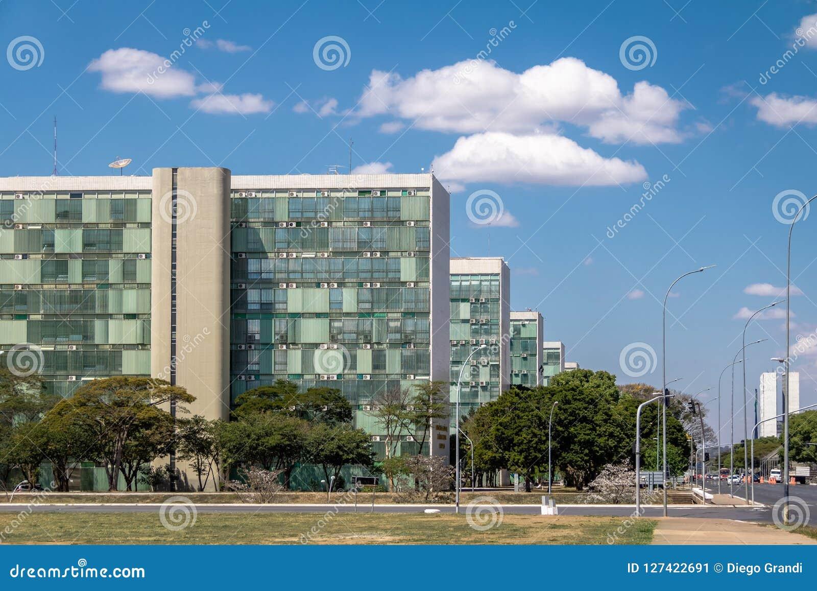 Здания на эспланаде Ministeries - офисы министерства правительственных ведомств - Brasilia, Distrito федеральное, Бразилия