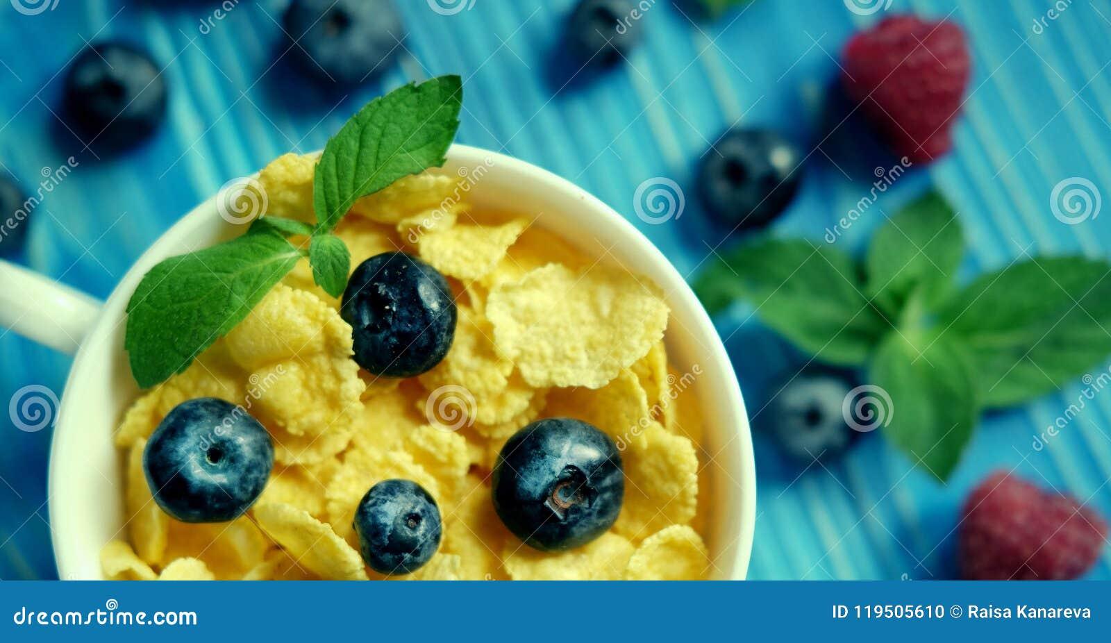Здоровая еда, еда и концепция диеты - корнфлексы с ягодами