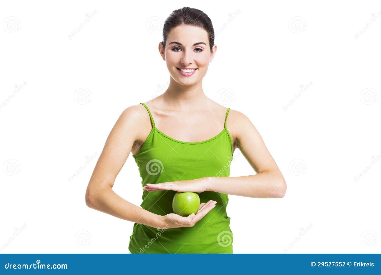 Здоровая женщина с зеленым яблоком