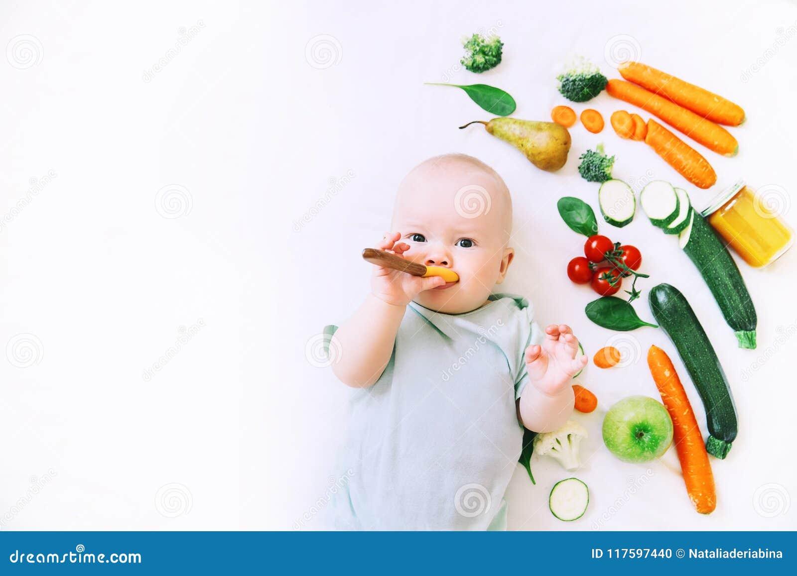 Здоровое питание ребенка младенца, предпосылка еды, взгляд сверху