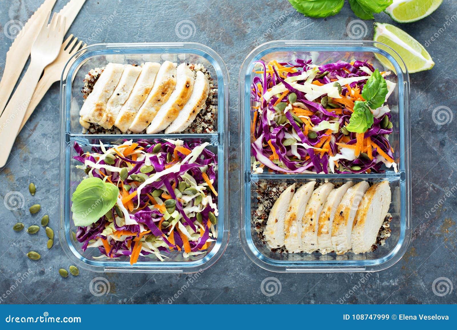 Здоровые контейнеры приготовления уроков еды с квиноа и цыпленком