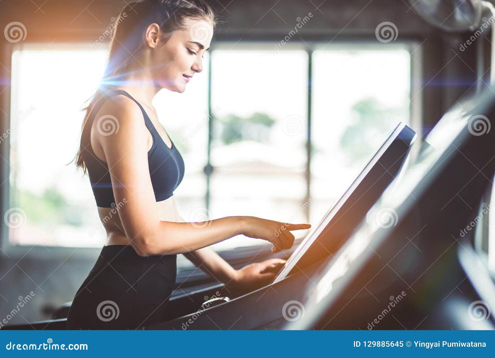 Здоровые люди бежать на третбане машины на спортзале фитнеса, работе