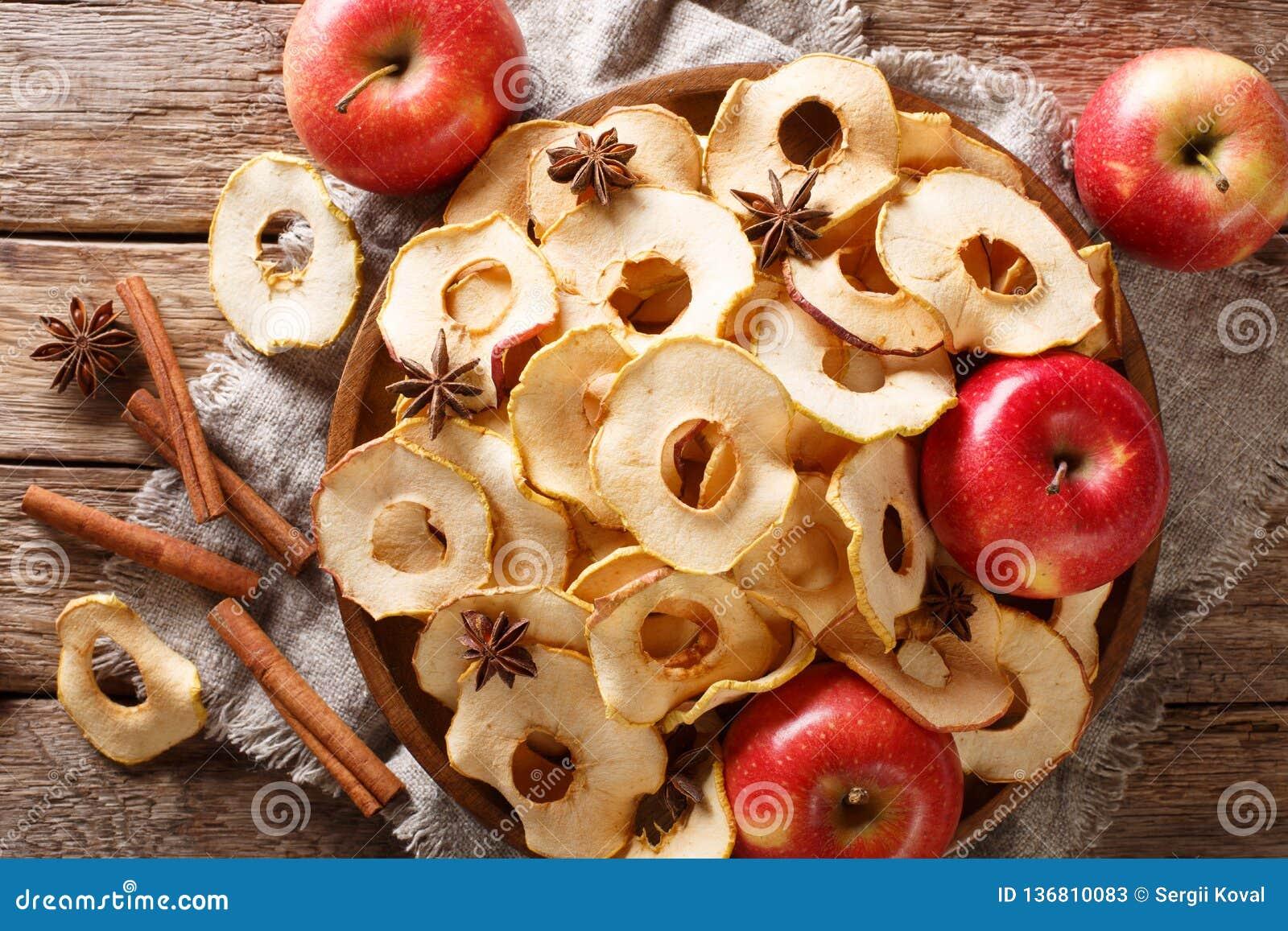 Здоровые обломоки яблока еды с крупным планом анисовки циннамона и звезды на плите горизонтальное взгляд сверху