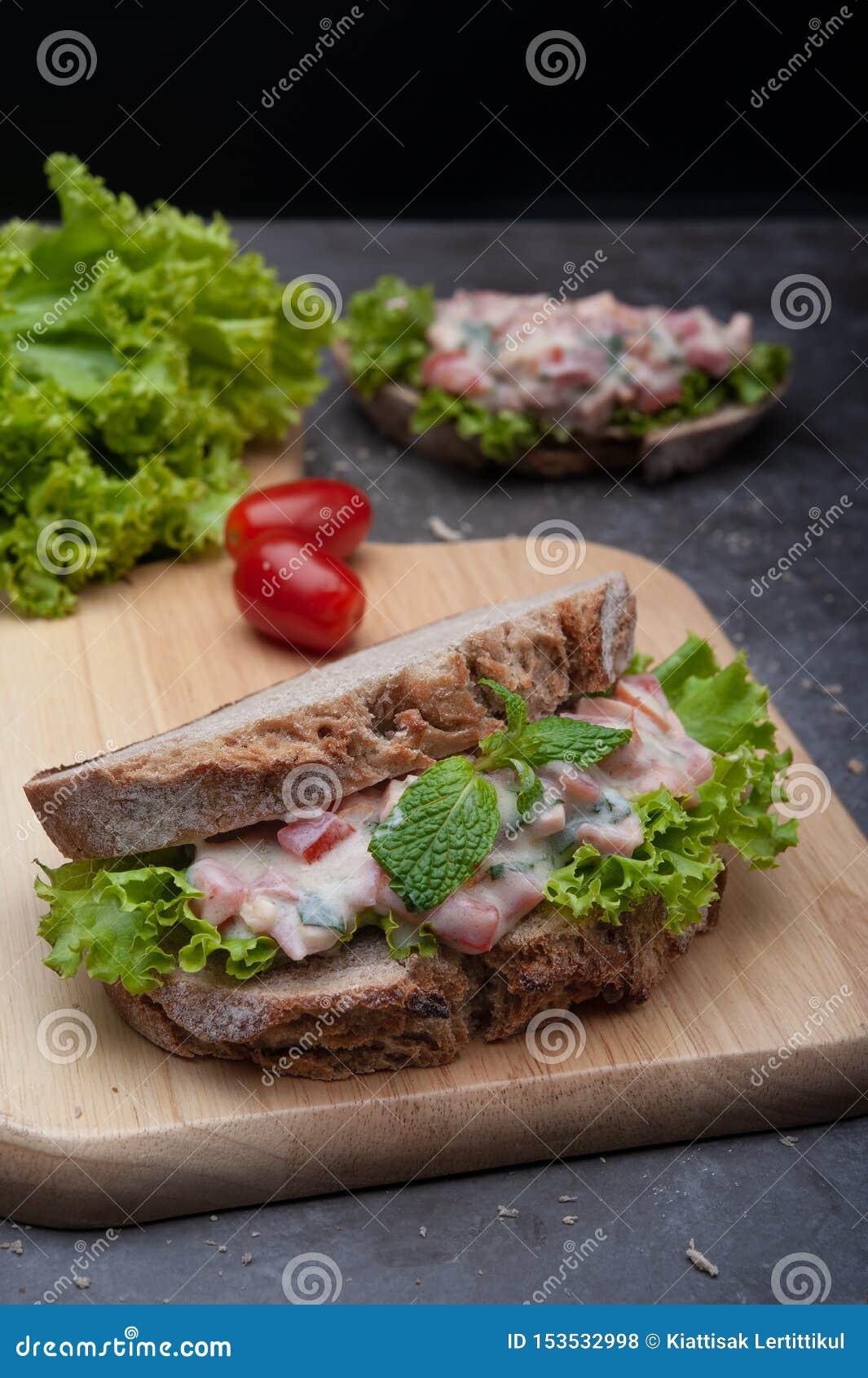 Здоровые сэндвичи завтракают томат, салат