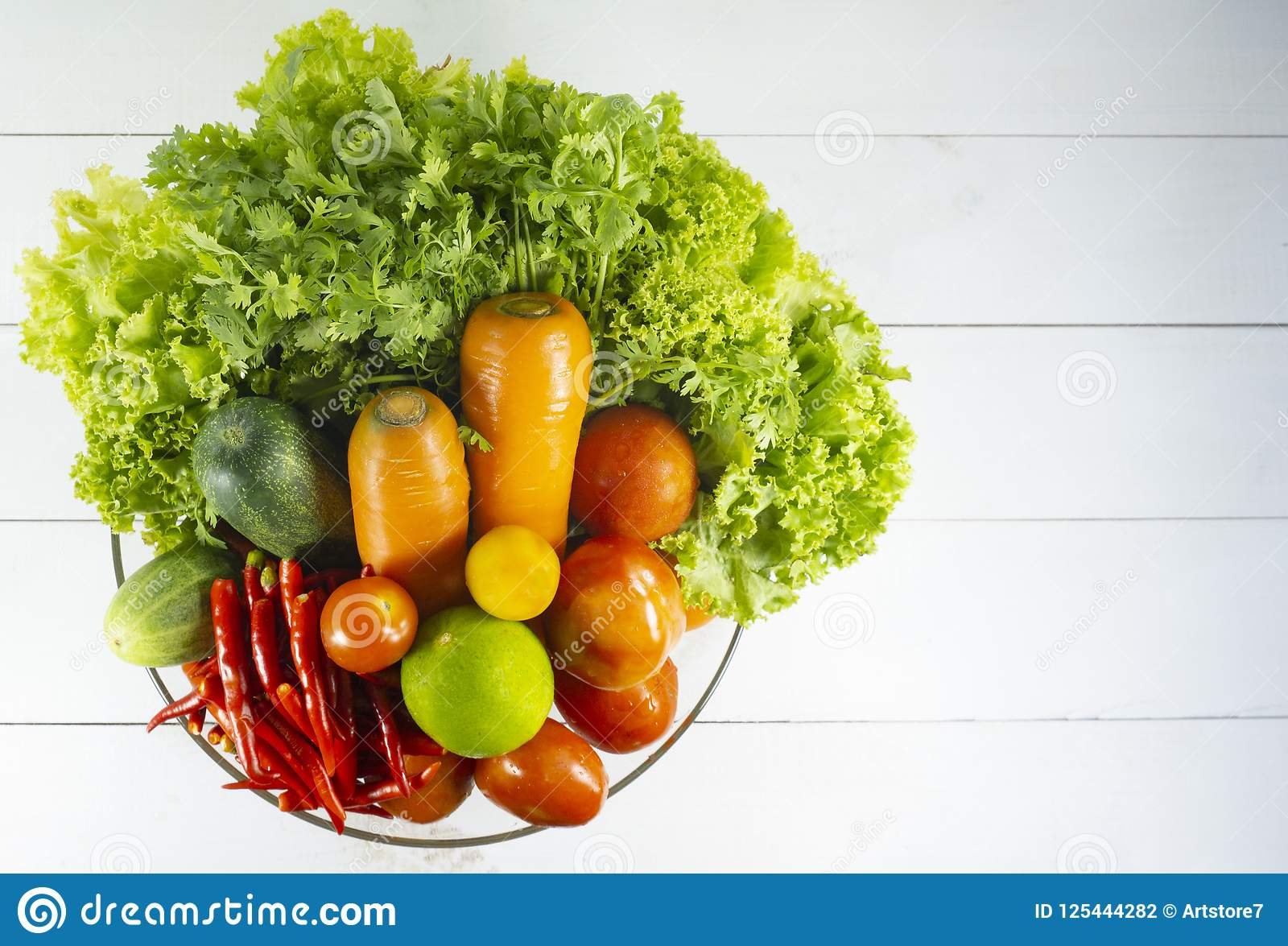 Здоровый вегетарианский пурпур цветной капусты, Кэрол, известка, чеснок, лук, томаты, красные чили, красный пеец