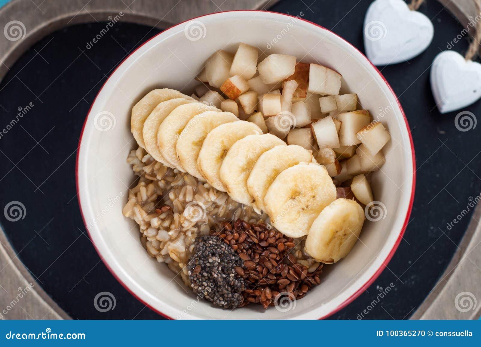 Здоровый завтрак, овсянка, банан, груша, мед, семена льна, семена.