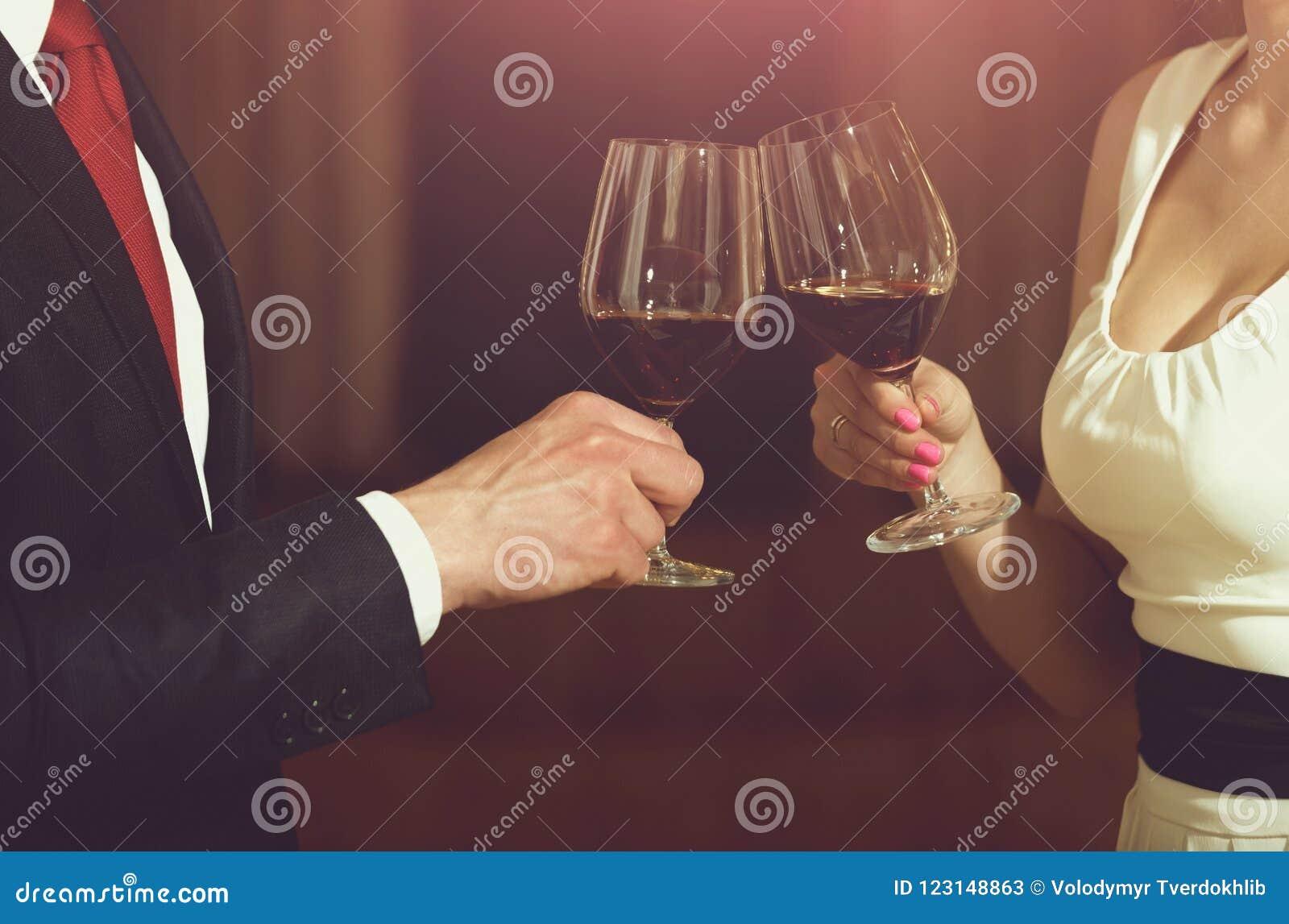 Здравица пар clink стекла с красным вином