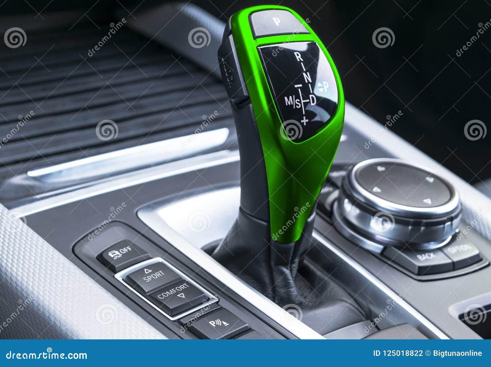 Зеленая автоматическая ручка шестерни современного автомобиля современные детали интерьера автомобиля Закройте вверх по взгляду Д