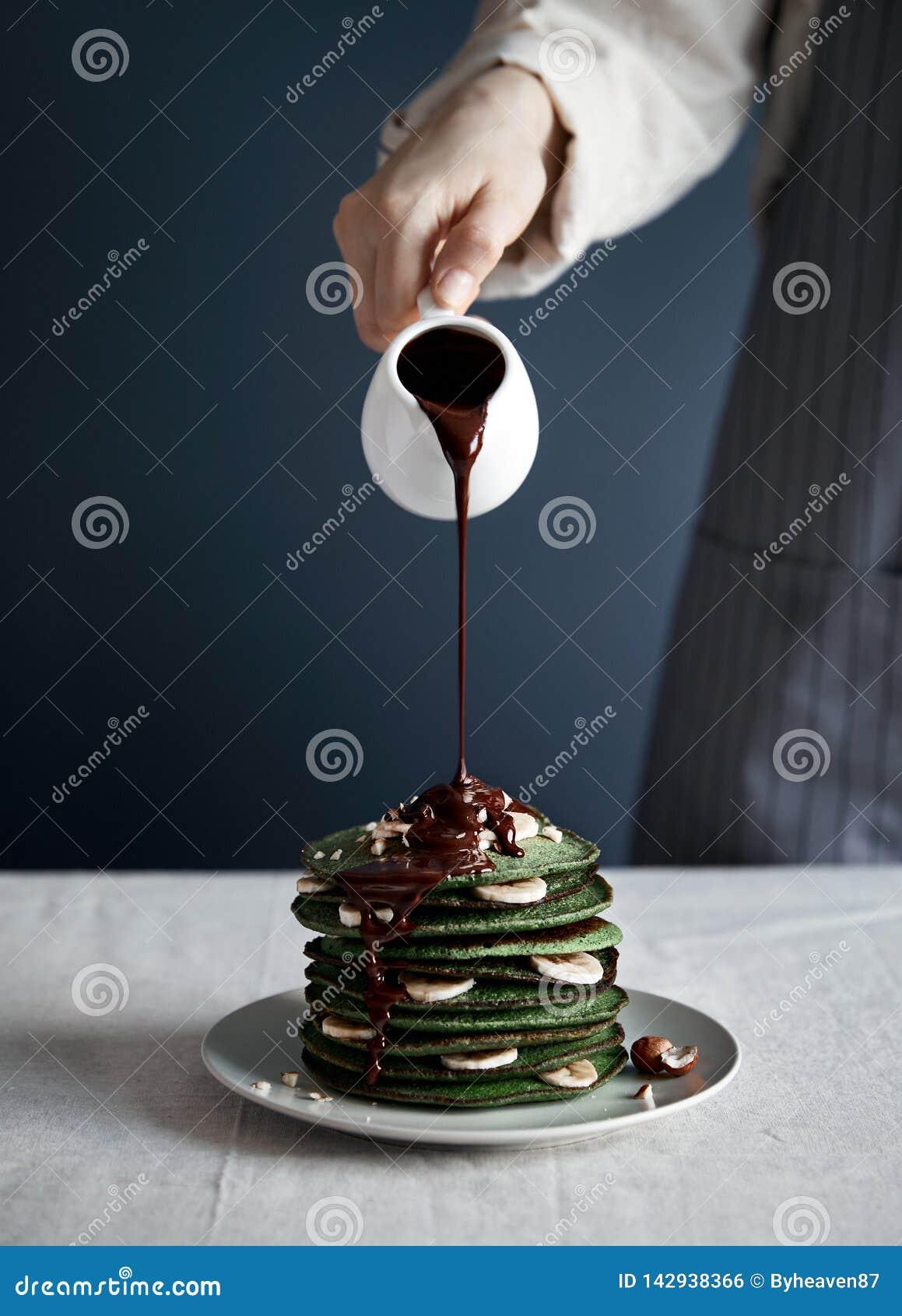 Зеленые блинчики с шоколадом на завтраке