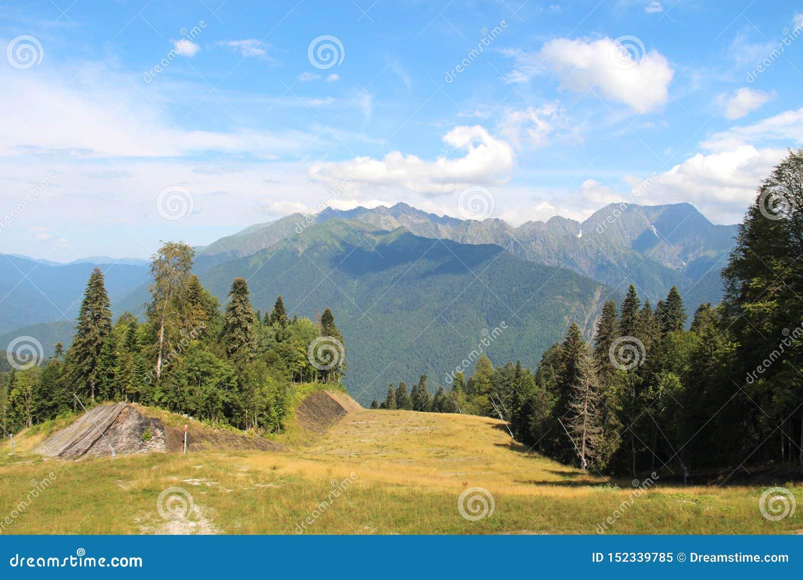 Зеленые горы и голубое небо