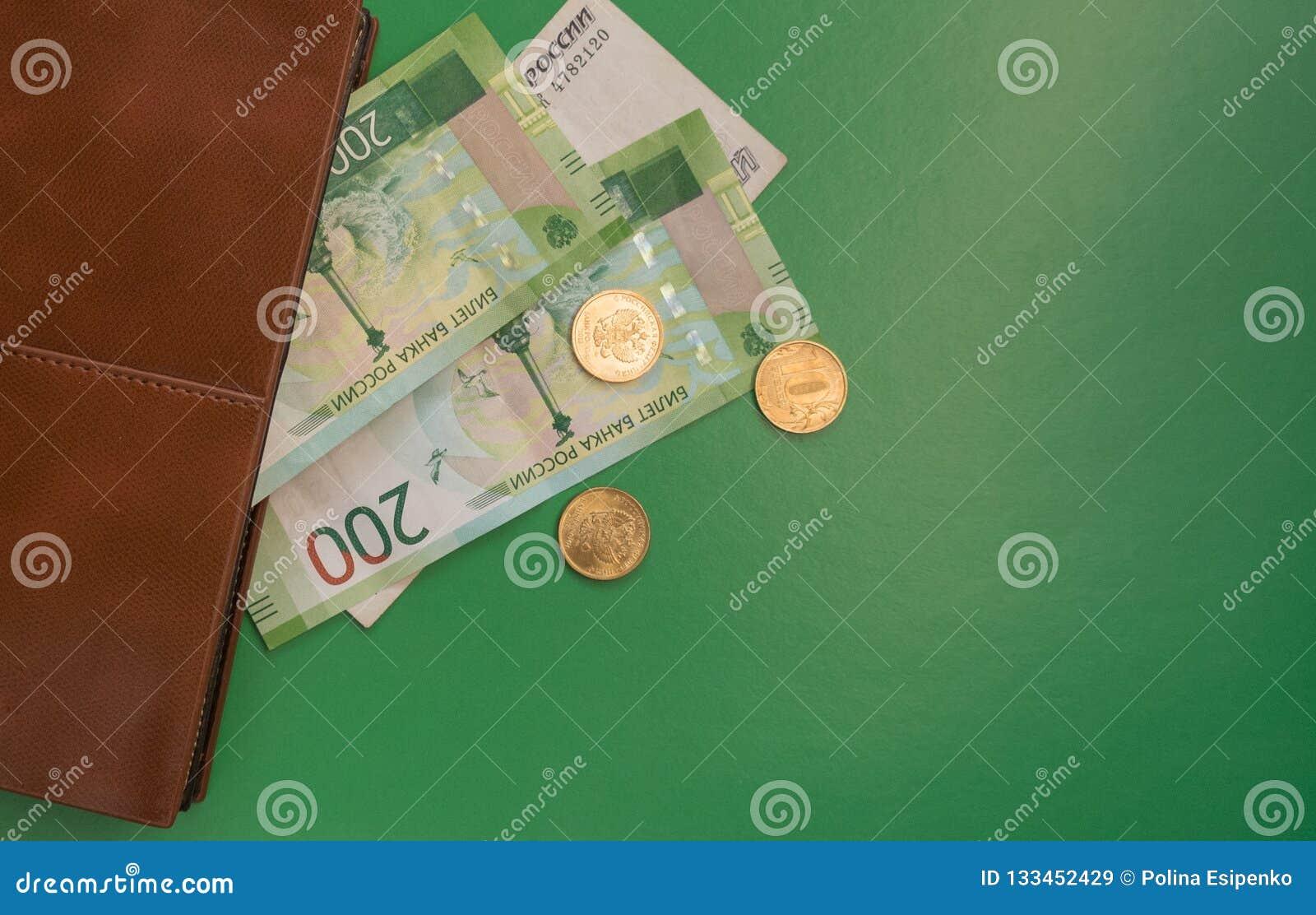 Зеленые деньги смотря из бумажника