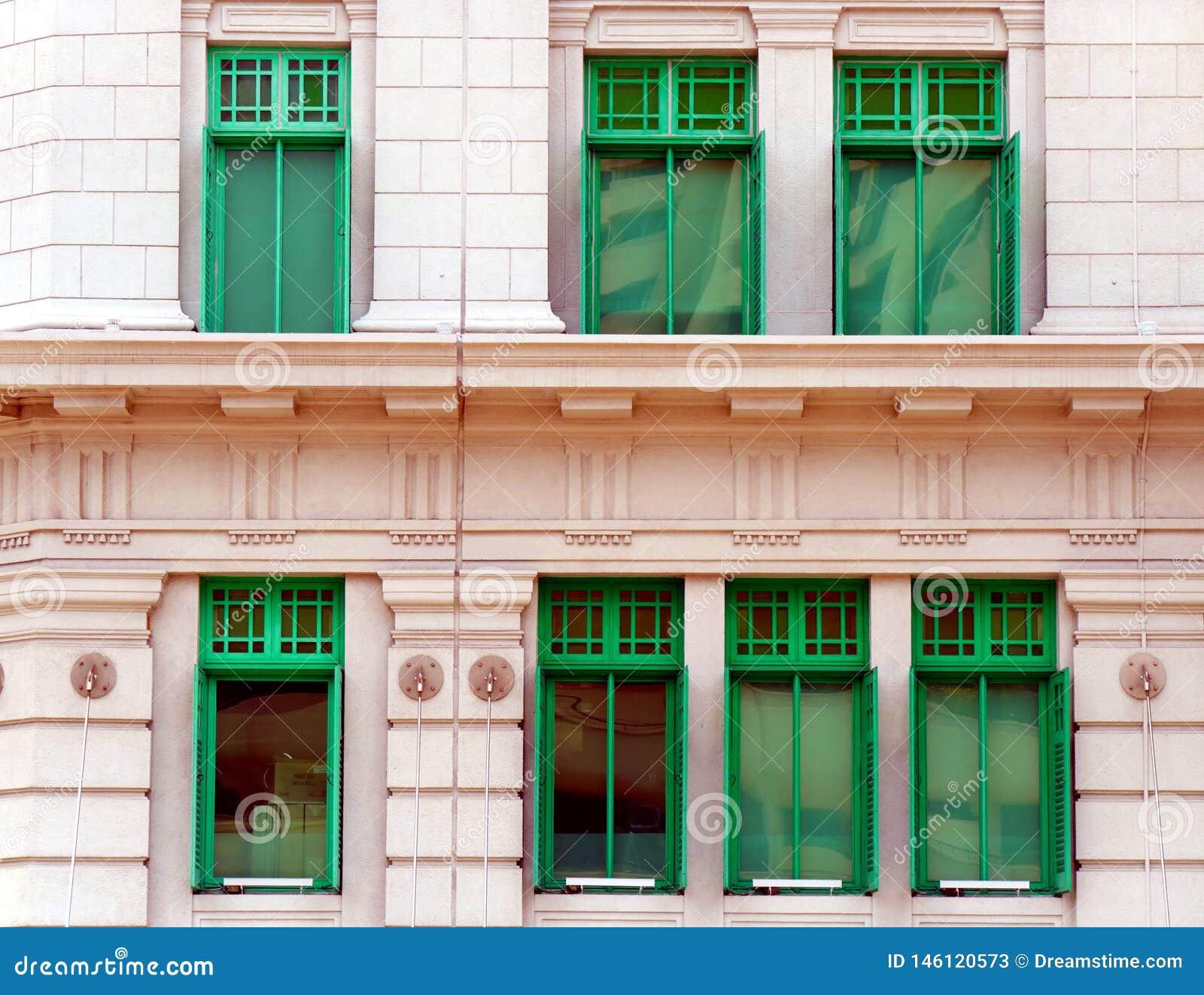 Зеленые окна здания СЛЮДЫ в Сингапуре