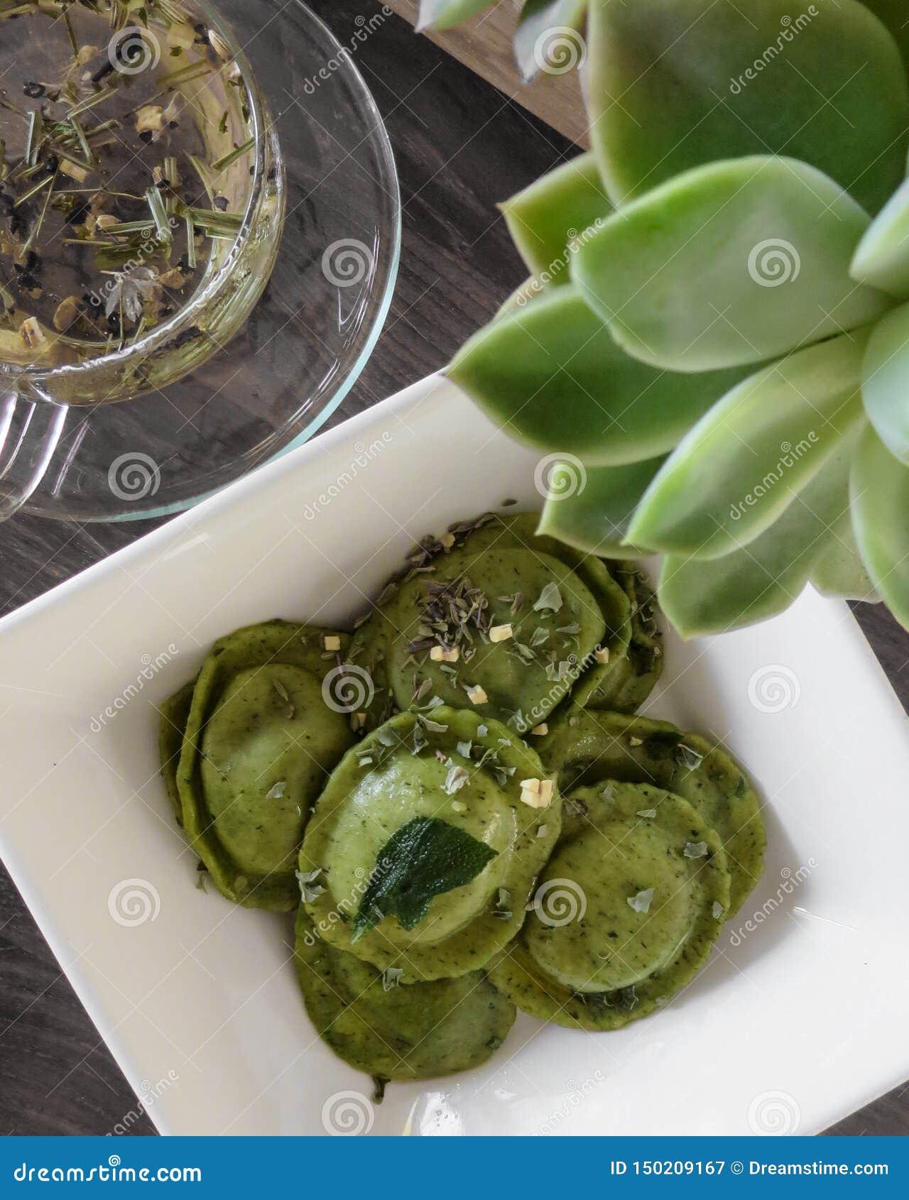 Зеленый равиоли шпината и травяной чай